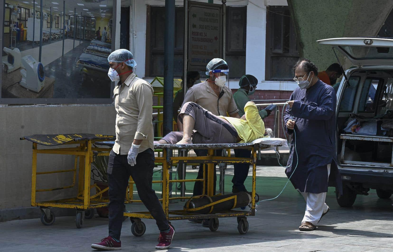 L'Inde bat des records mondiaux de contaminations, avec près de 380 000 nouveaux cas sur les dernières 24 heures.
