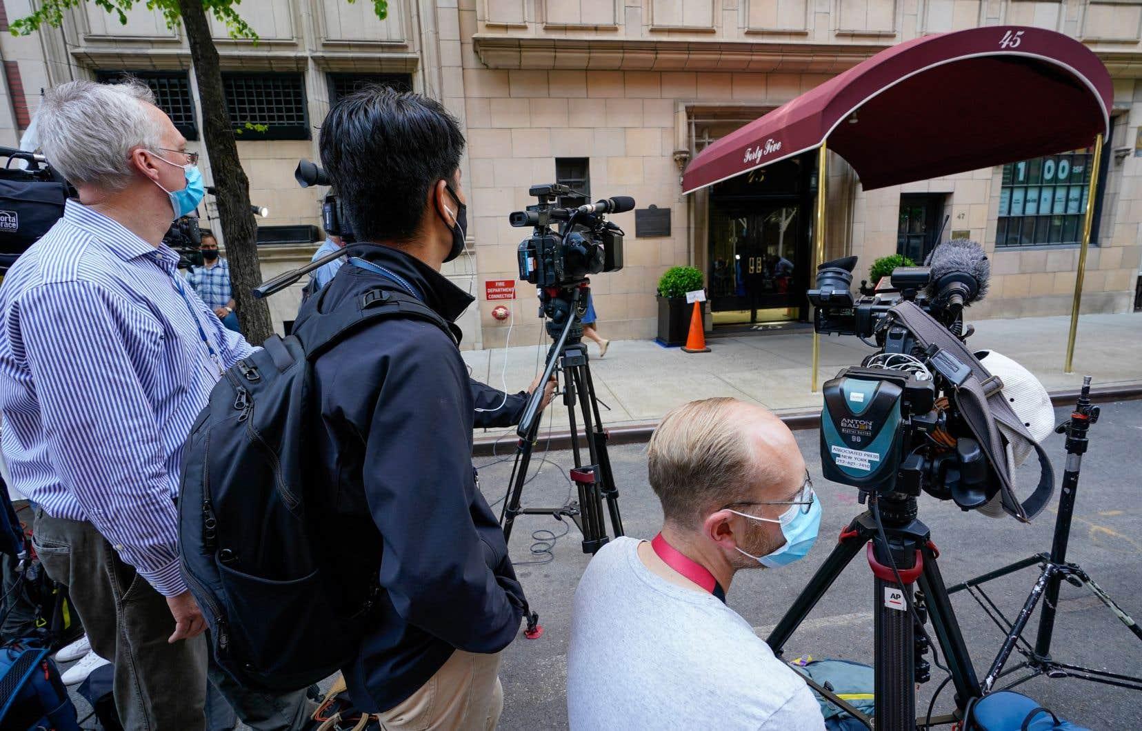 Des journalistes attendent devant l'immeuble où réside l'ancien maire de New York Rudy Giuliani, mercredi 28 avril 2021, à New York.