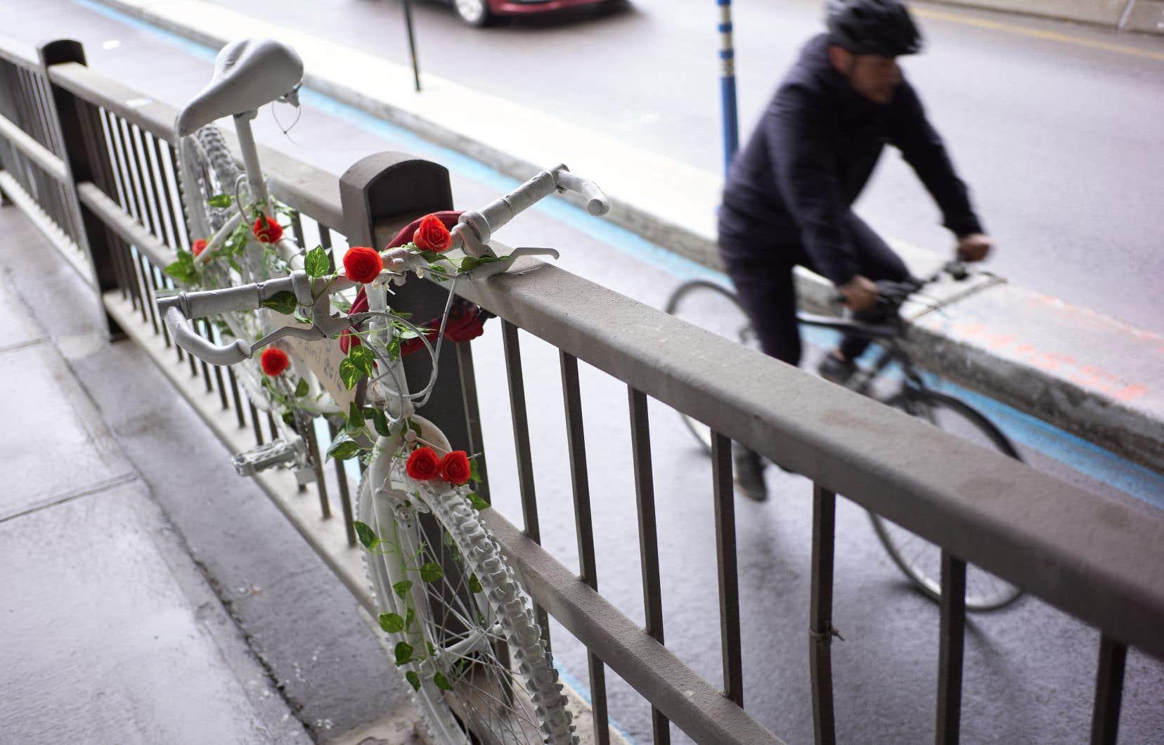 Le vélo blanc en hommage à Mathilde Blais, cette cycliste décédée sous le viaduc des Carrières, sera retiré dimanche.