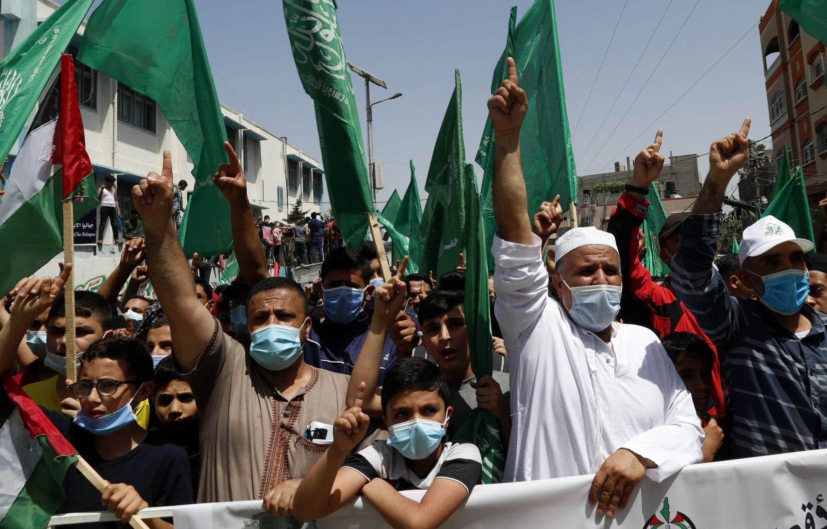 Des partisans du Hamas, qui contrôlent la bande de Gaza, manifestent leur mécontentement à l'annonce du report des élections.
