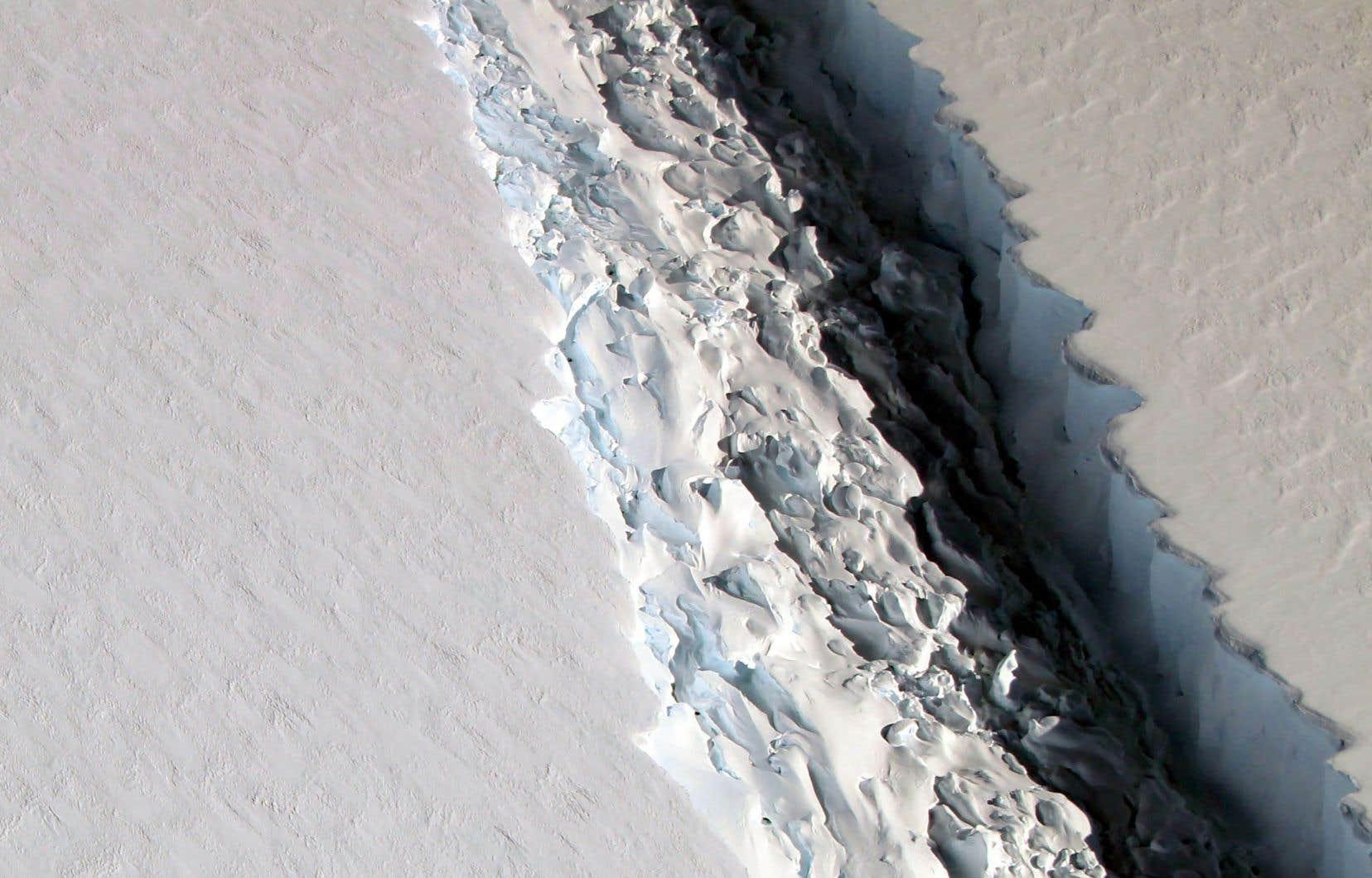 La protection de l'environnement figure parmi les thèmes sujets aux clivages. Ci-haut : des fissures se sont formées en 2016 dans le plus grand segment de la barrière de Larsen, en Antarctique, jusqu'au détachement d'un immense iceberg, autre signe du changement climatique.