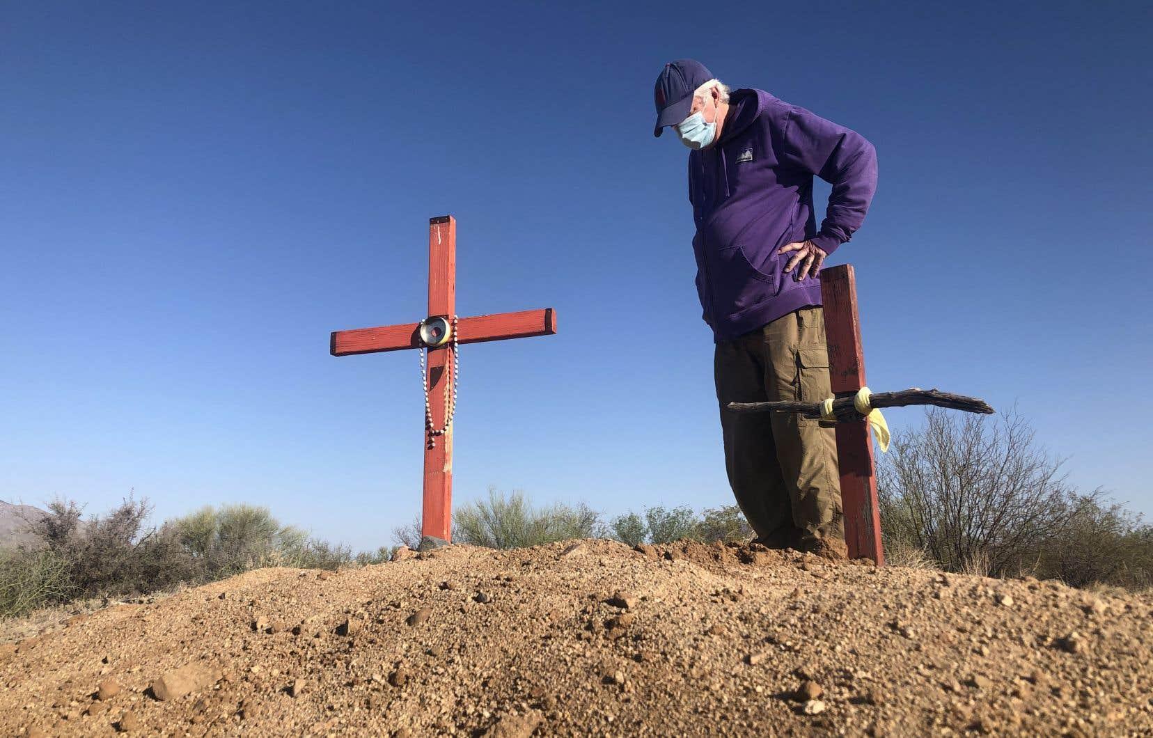 L'espoir d'une nouvelle vie passe par un territoire hostile, le désert, sur lequel plus de 200 migrants ont perdu la vie en 2020. Des bénévoles placent des croix où les cadavres ont été retrouvés pour ne pas les oublier.