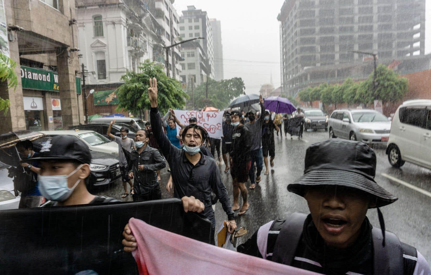 L'effet conjugué de la pandémie et de la crise déclenchée par le coup d'État a engendré des manifestations vendredi à Rangoun.