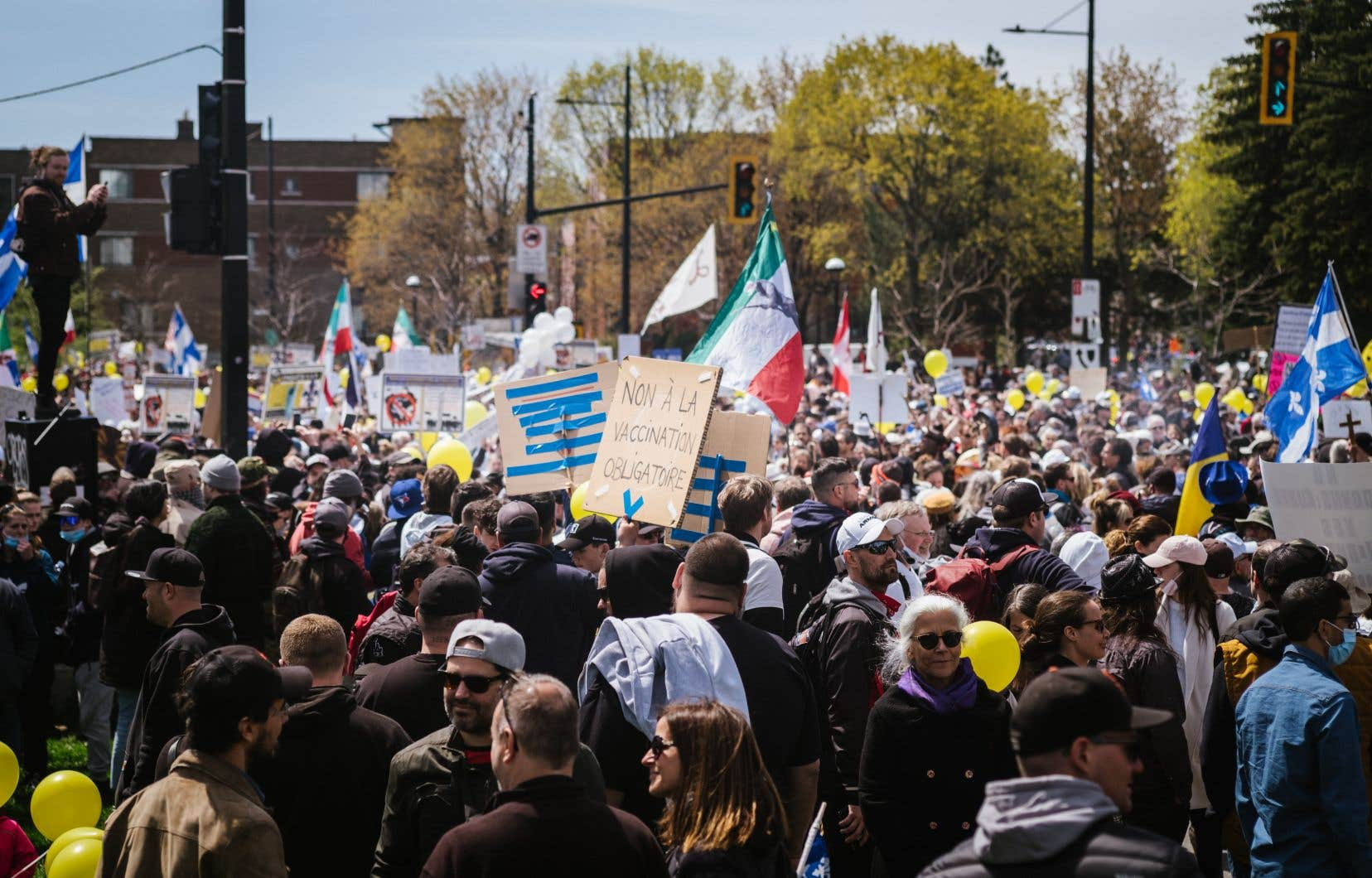 Parmi les manifestants, on retrouve autant des jeunes que des personnes âgées et des familles avec enfants. Rares sont ceux qui portent un masque, tandis que certaines personnes offrent même des câlins gratuits aux manifestants.