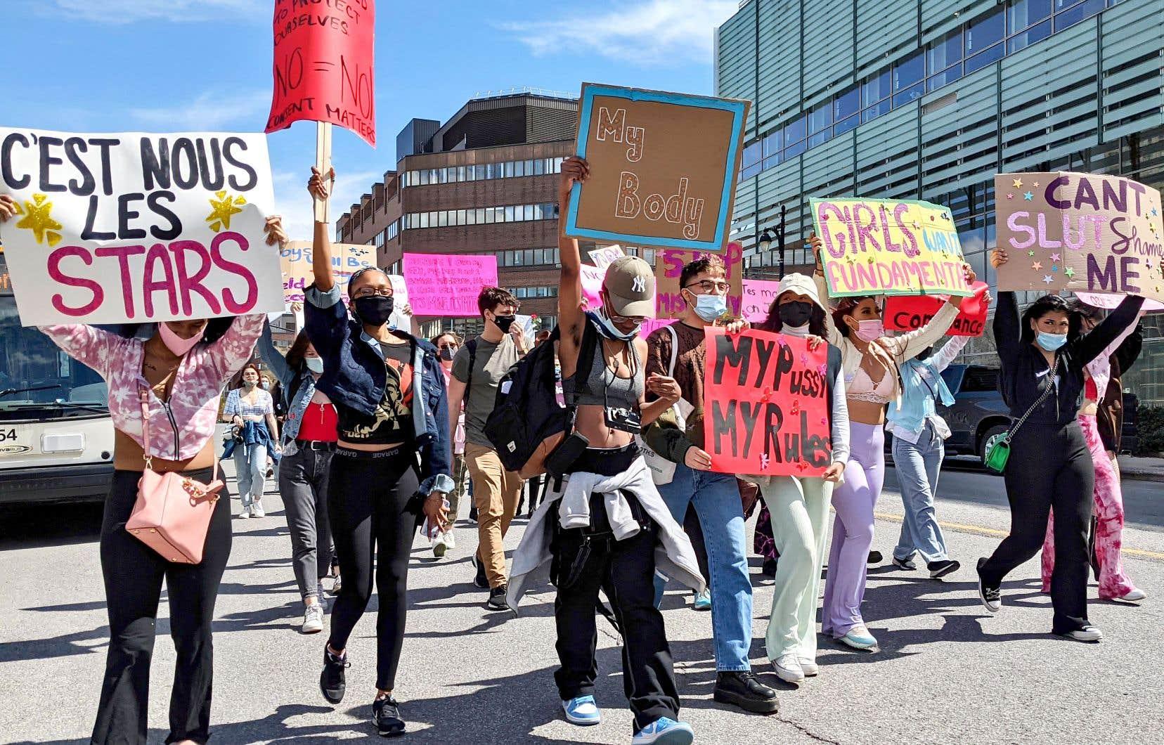 Une cinquantaine de personnes ont manifesté dimanche au centre-ville de Montréal contre le partage en ligne de photos osées de femmes sans leur consentement dans des groupes de discussion confidentiels.