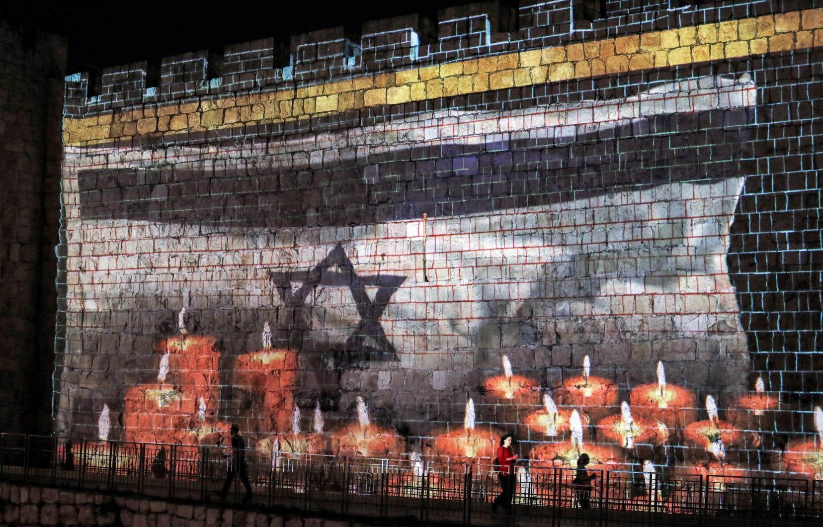 La projection d'un drapeau israélien ornait un mur de la vieille ville de Jérusalem, le pays ayant déclaré dimanche une journée nationale de deuil pour les victimes de la bousculade.