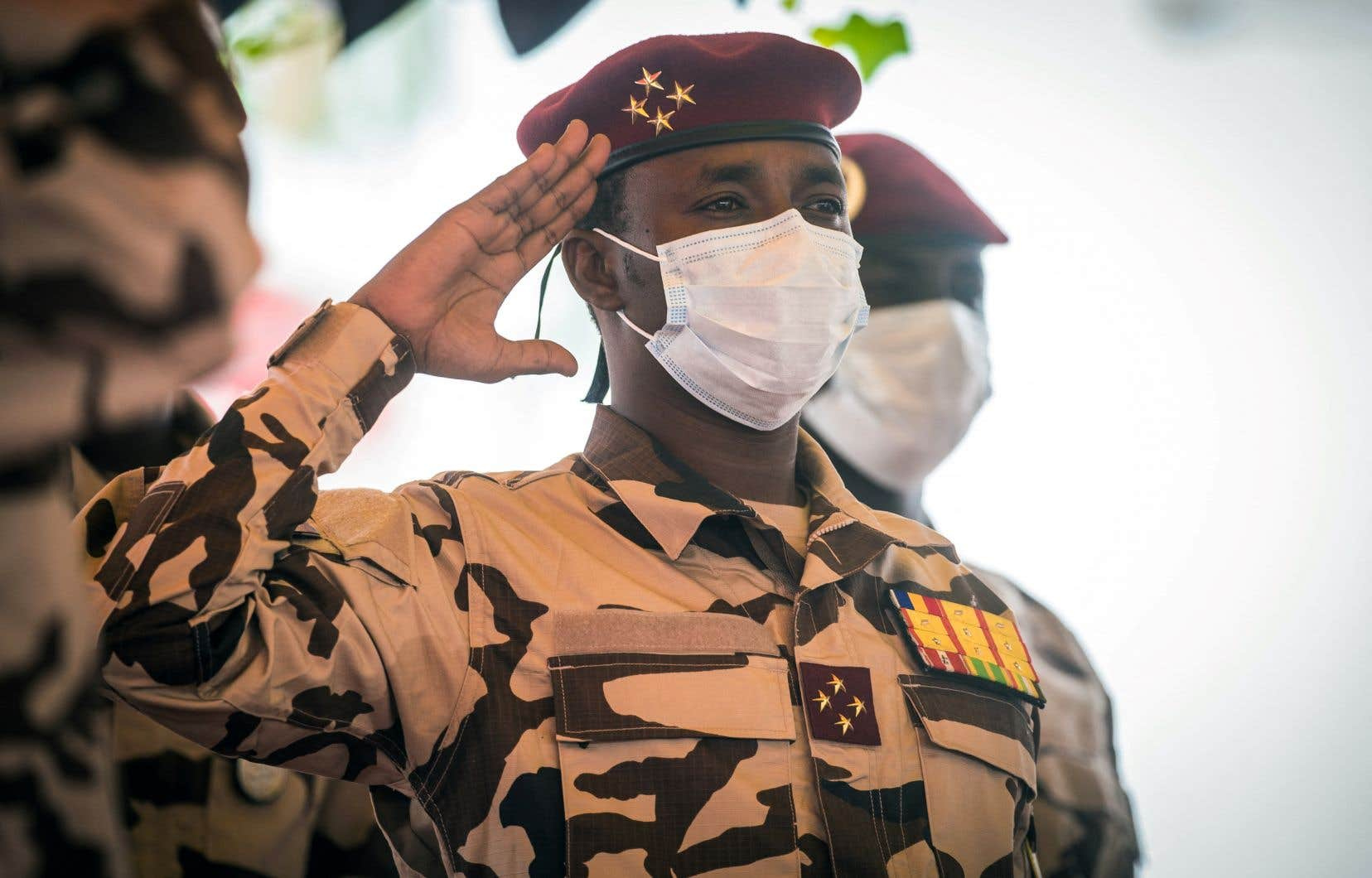 Depuis sa mise en place au lendemain de la mort soudaine du chef de l'État, le Conseil militaire de transition (CMT), présidé par Mahamat Idriss Déby (sur la photo) entouré de 14 généraux, est accusé par l'opposition et la société civile de «coup d'État institutionnel».