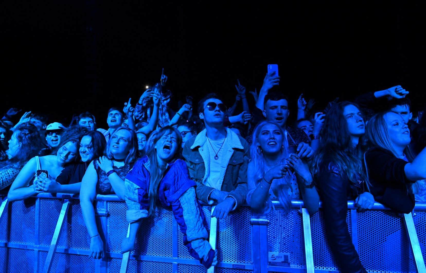 Une foule de 5000 personnes a pu chanter et danser sans masques ni distanciation lors d'un festival de musique organisé dans le nord de l'Angleterre dimanche.