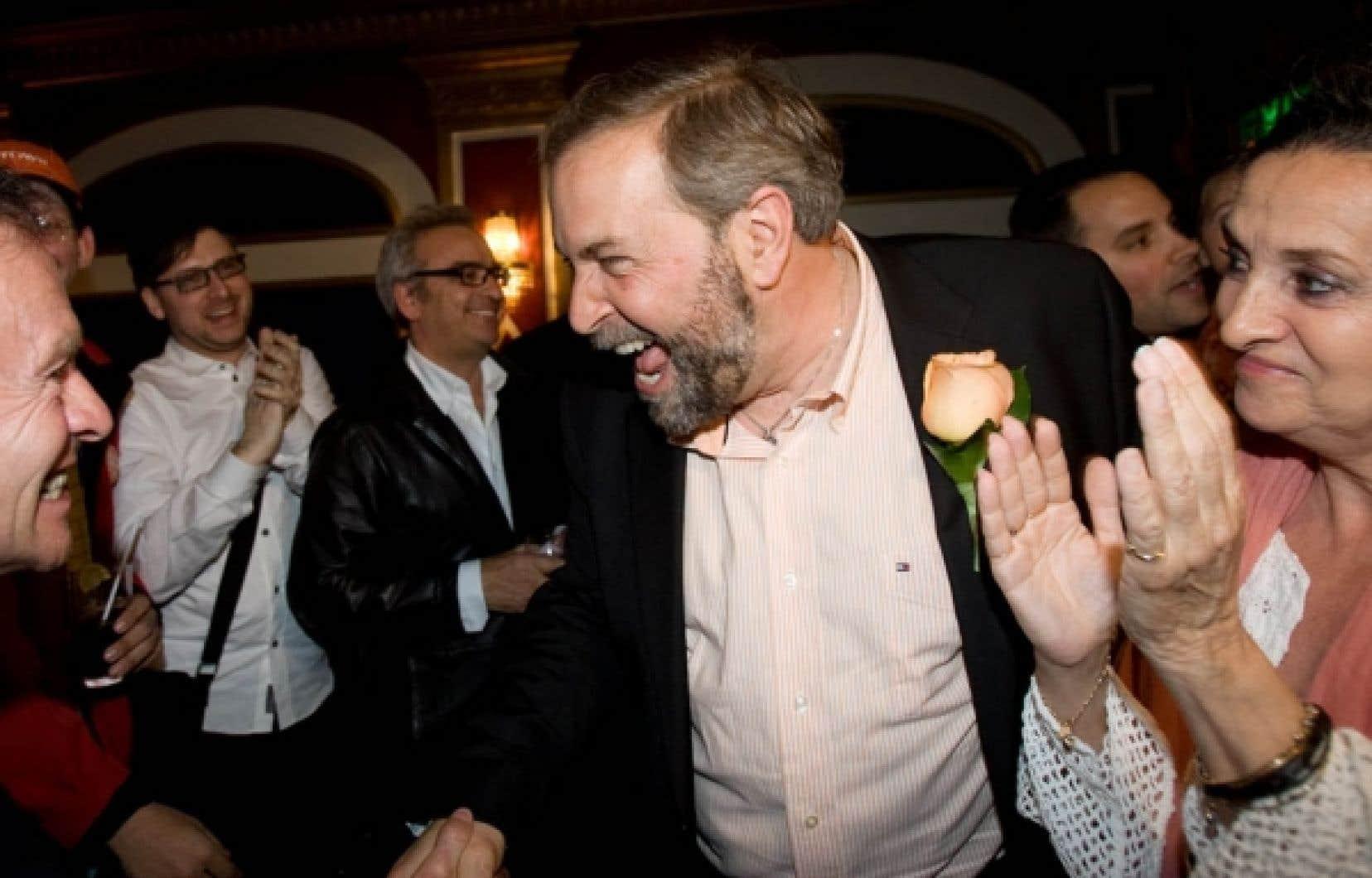 Thomas Mulcair, élu sous la bannière néodémocrate pour la première fois en 2007, ne sera plus le seul représentant québécois de sa formation après les élections d'hier. On le voit ici avec ses partisans venus au Rialto le féliciter pour sa troisième victoire, cette fois contre le libéral Martin Cauchon.<br />