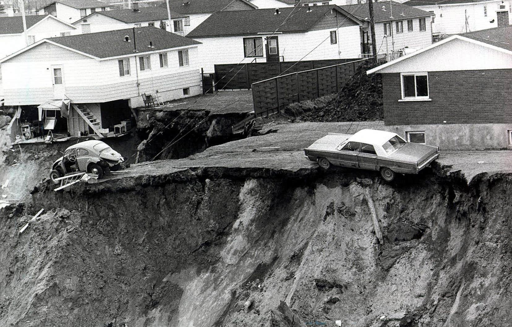 Parmi les plus de 2000 résidents de la municipalité, des centaines ont perdu leur maison et leurs biens qui ont été engloutis dans un cratère de plus d'un kilomètre de long.