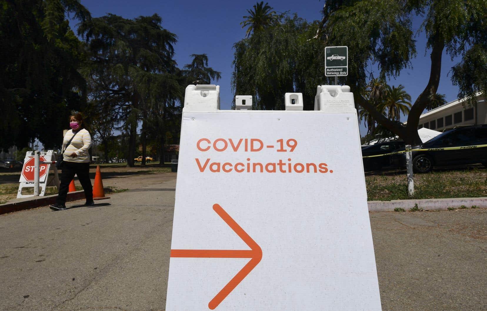 Après des niveaux record, le nombre quotidien de personnes recevant une dose de vaccin contre la COVID-19 est maintenant en baisse aux États-Unis.