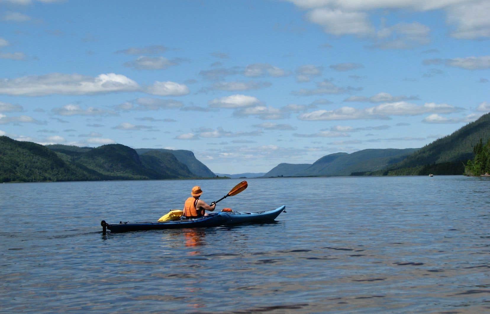 Selon l'organisme Tourisme Alma Lac-Saint-Jean, «la rivière Péribonka et sa vallée représentent un des plus beaux potentiels de développement de produits récréotouristiques» de la région.