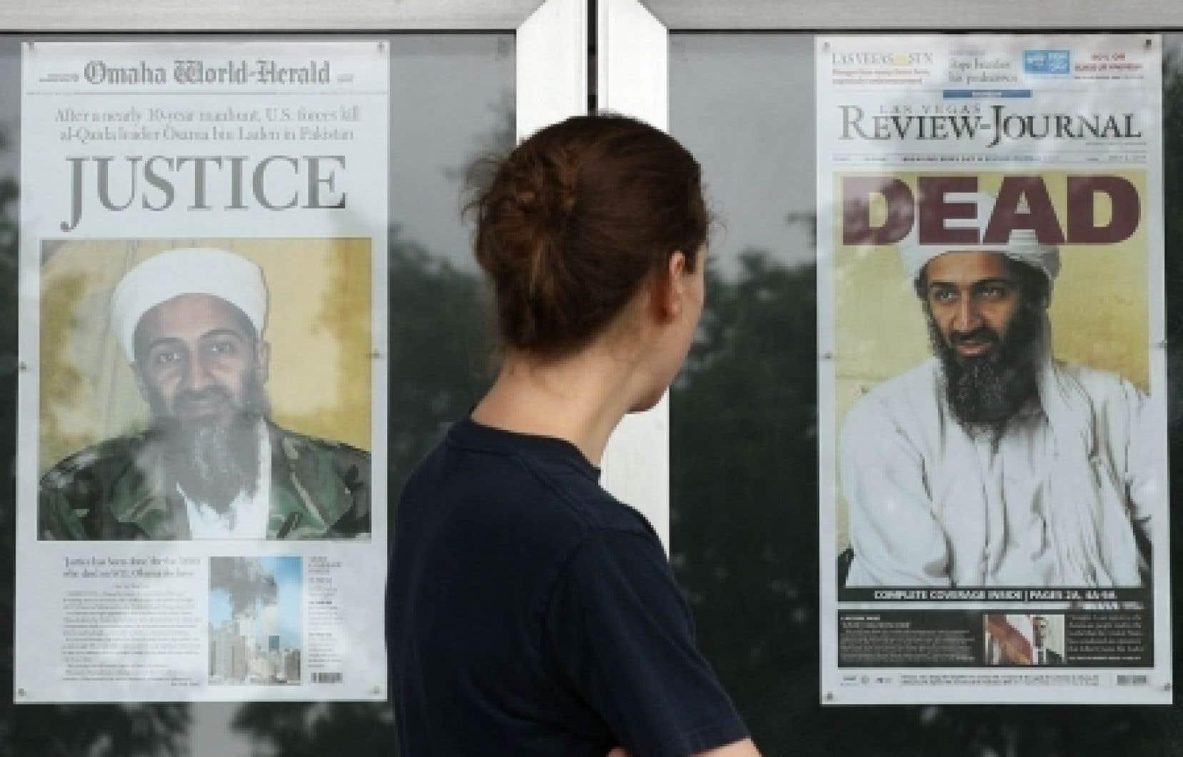 <div> À Washington, une passante regarde les premières pages de journaux annonçant la mort d'Oussama ben Laden.</div>