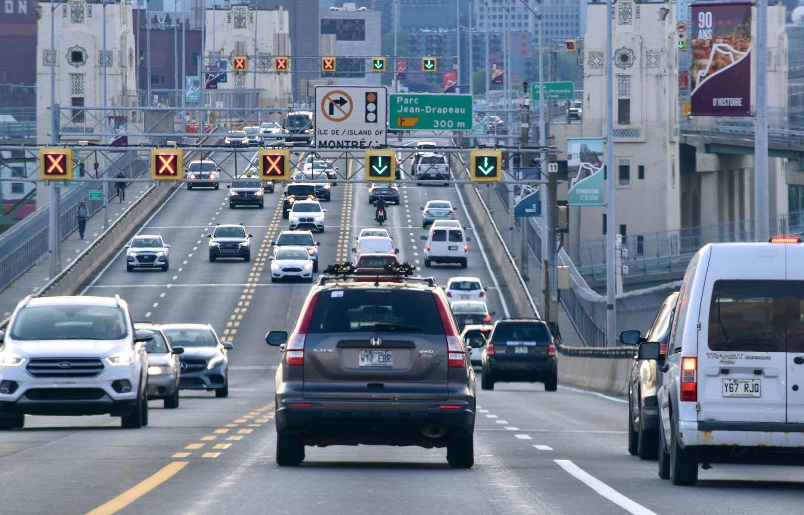 Équiterre demande au gouvernement de revoir les crédits qu'il accorde aux constructeurs automobiles pour qu'ils produisent davantage de petits véhicules et d'uniformiser les normes encadrant la consommation de carburant des véhicules.
