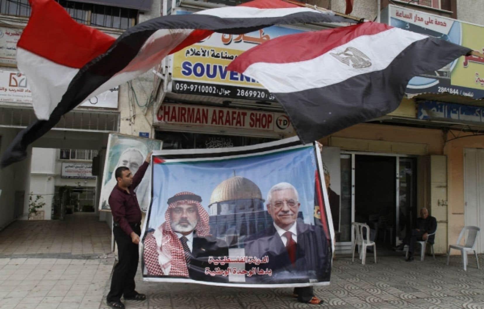 Un commerçant palestinien a déployé hier une affiche des dirigeants du Hamas et du Fatah.<br />