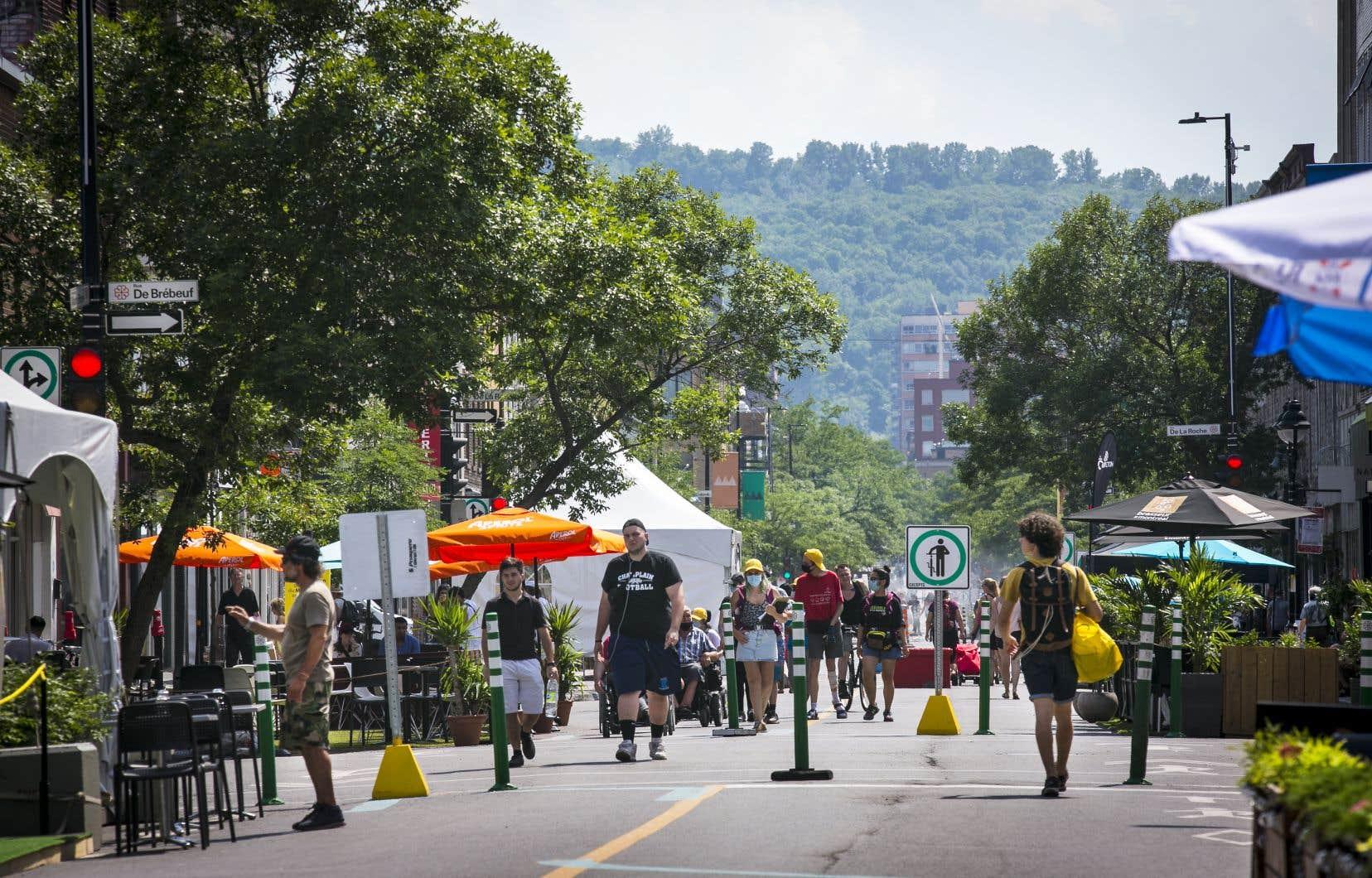 L'été dernier, afin de favoriser la distanciation physique, l'avenue du Mont-Royal, à Montréal, a été rendue entièrement piétonne.