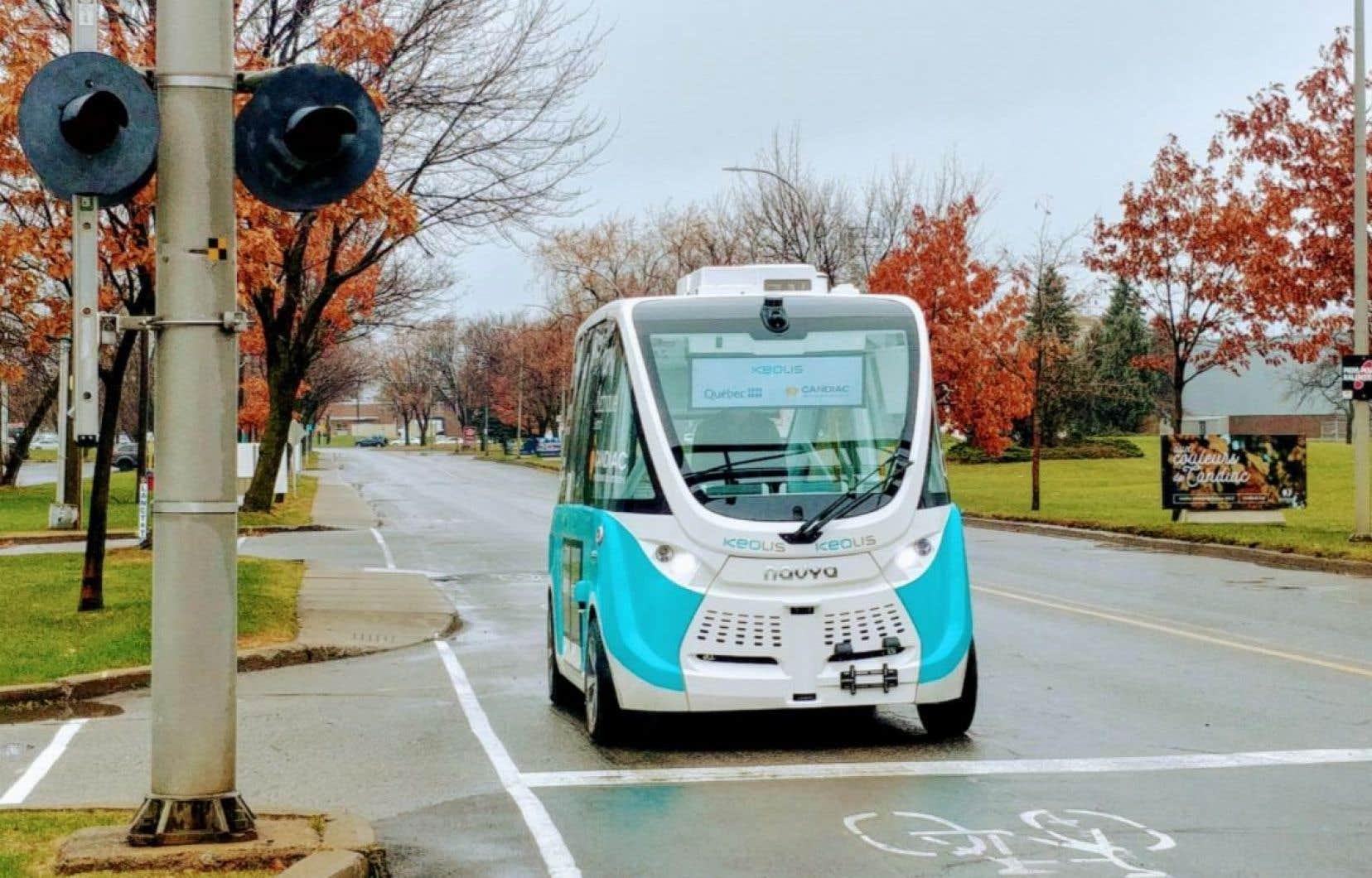 À Candiac, une navette électrique autonome connectée à des feux de signalisation intelligents circule sur un parcours de deux kilomètres depuis 2018.