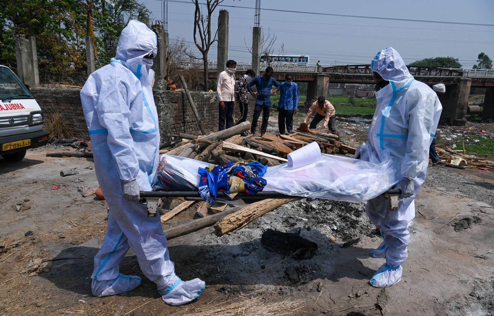 L'Inde, qui subit une deuxième vague dévastatrice, dénombre plus de 222000 décès dus à la COVID-19.