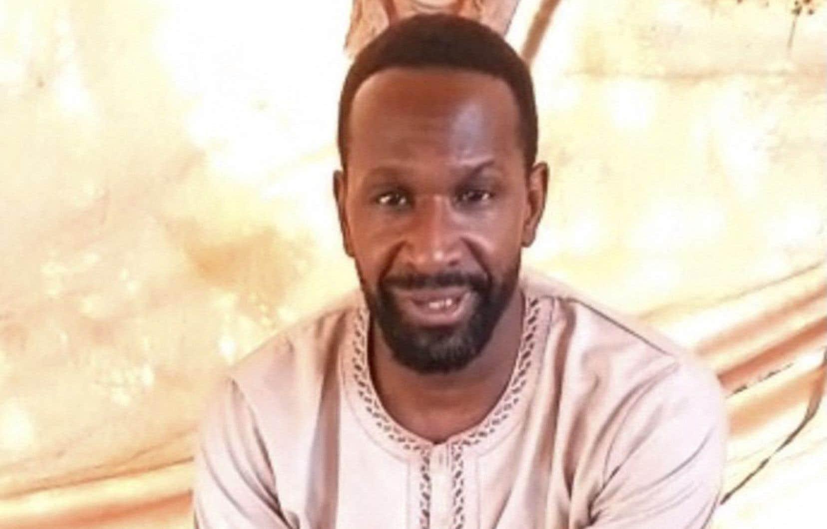Dans un enregistrement d'une vingtaine de secondes, Olivier Dubois explique avoir été enlevé le 8avril à Gao par le Groupe de soutien à l'islam