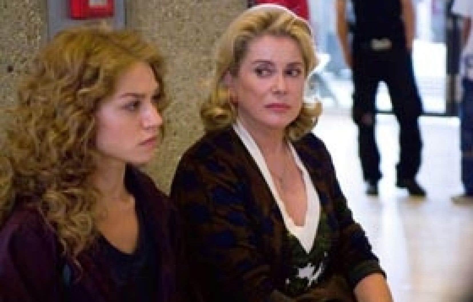 Émilie Dequenne est d'une fragilité émouvante en jeune fille ayant inventé une agression antisémite tandis que Catherine Deneuve est très crédible dans le rôle de sa mère.