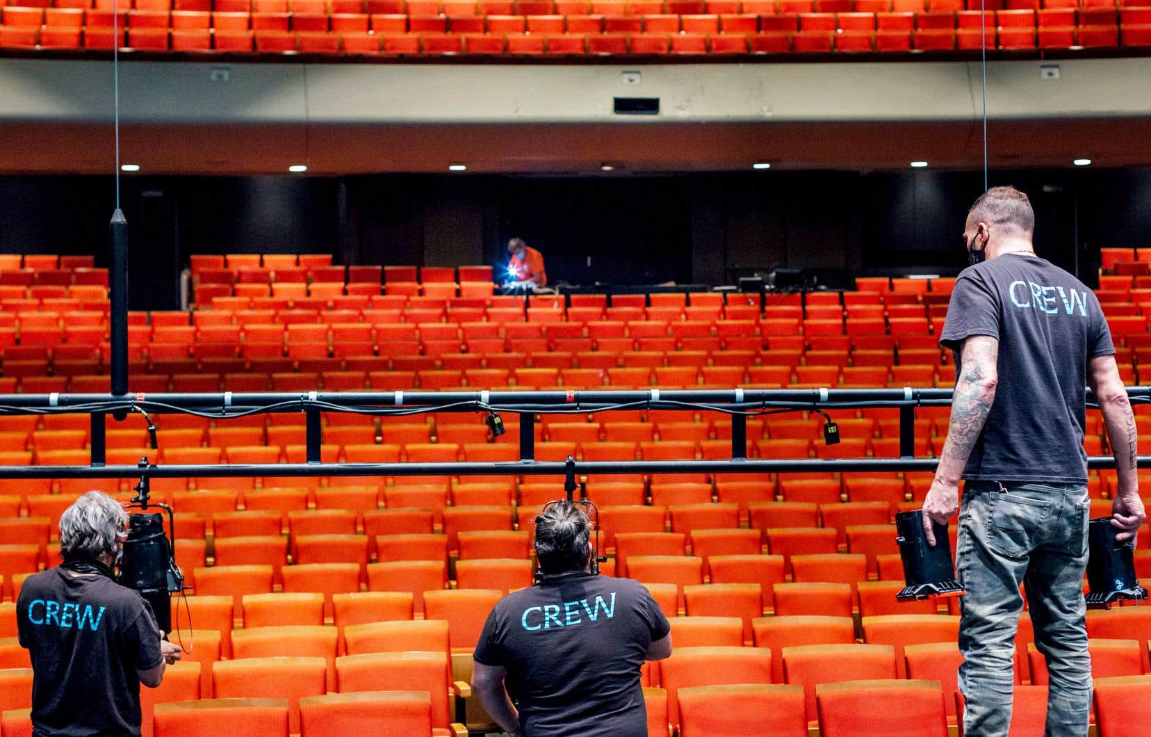 Des techniciens de spectacle sont en plein travail au théâtre Maisonneuve pour la préparation du prochain spectacle de Virginie Brunelle, «Les corps avalés».