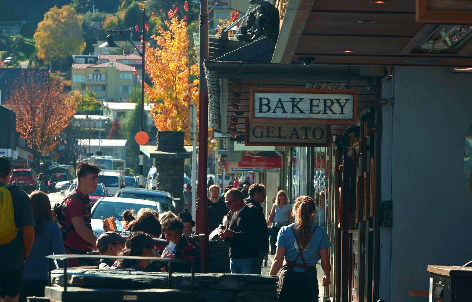 En Nouvelle-Zélande, la vie normale reprend tranquillement son cours. En avril, des touristes passaient leur après-midi dans la ville de Queenstown, sans masque, attablés à des terrasses, après que le pays a été rouvert aux touristes.