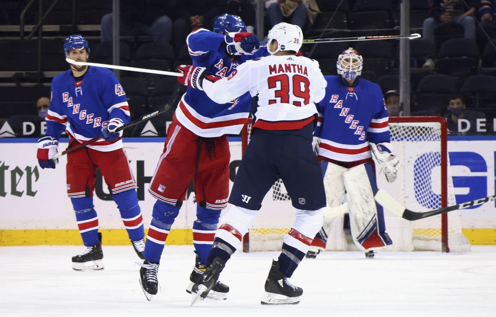 Pavel Buchnevich, des Rangers de New York (89), a frappé Anthony Mantha (39), des Capitals de Washington, avec son bâton lors de la deuxième période du match de mercredi à New York. L'attaquant a écopé d'une  suspension.