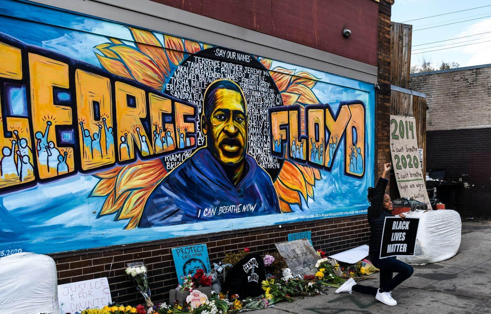 Les quatre policiers sont notamment accusés de ne pas avoir porté les secours nécessaires à George Floyd malgré ses supplications et celles de passants affolés.