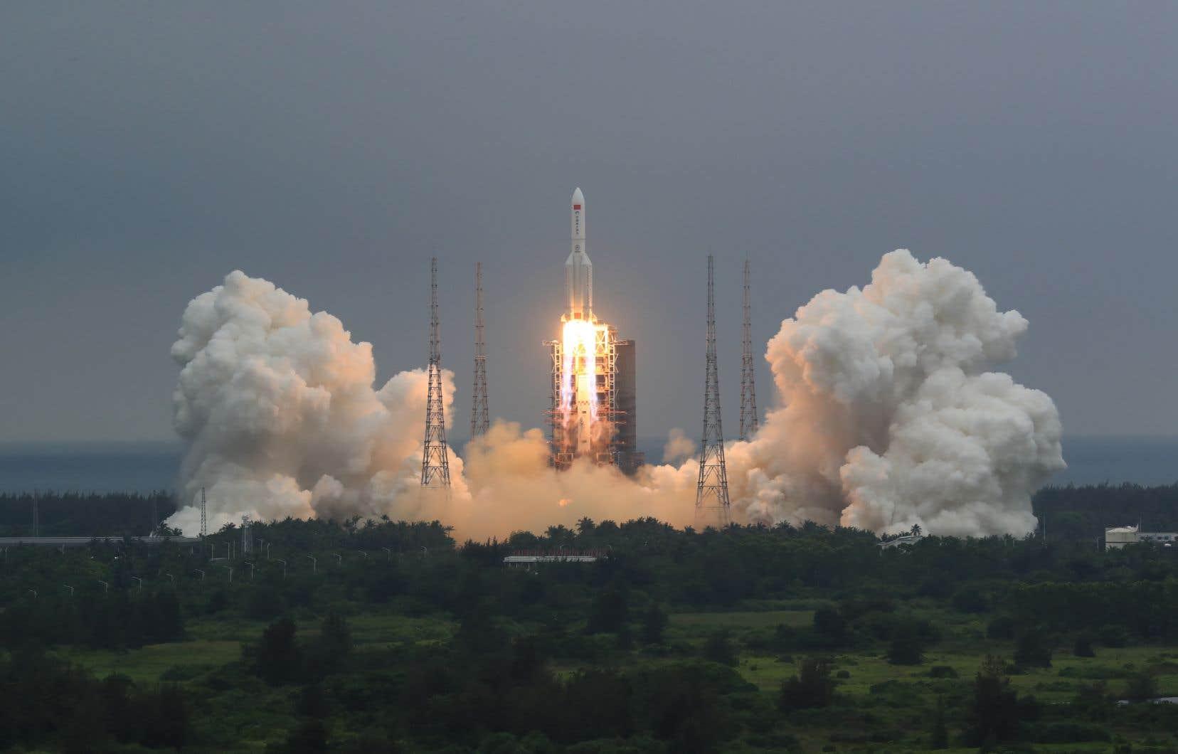 Le point d'arrivée du segment de la fusée chinoise Longue-Marche 5B (qu'on voit ici au décollage), au nord des Maldives, correspond aux prévisions de certains experts. Mais l'entrée incontrôlée d'un objet de cette taille dans l'atmosphère a suscité des inquiétudes.