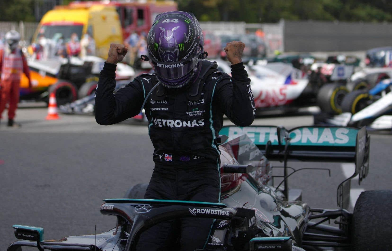 La stratégie de Mercedes d'effectuer deux passages aux puits pour permettre à Hamilton de faire usage de pneus plus efficaces a permis à ce dernier de dépasser Verstappen avec six tours à compléter.