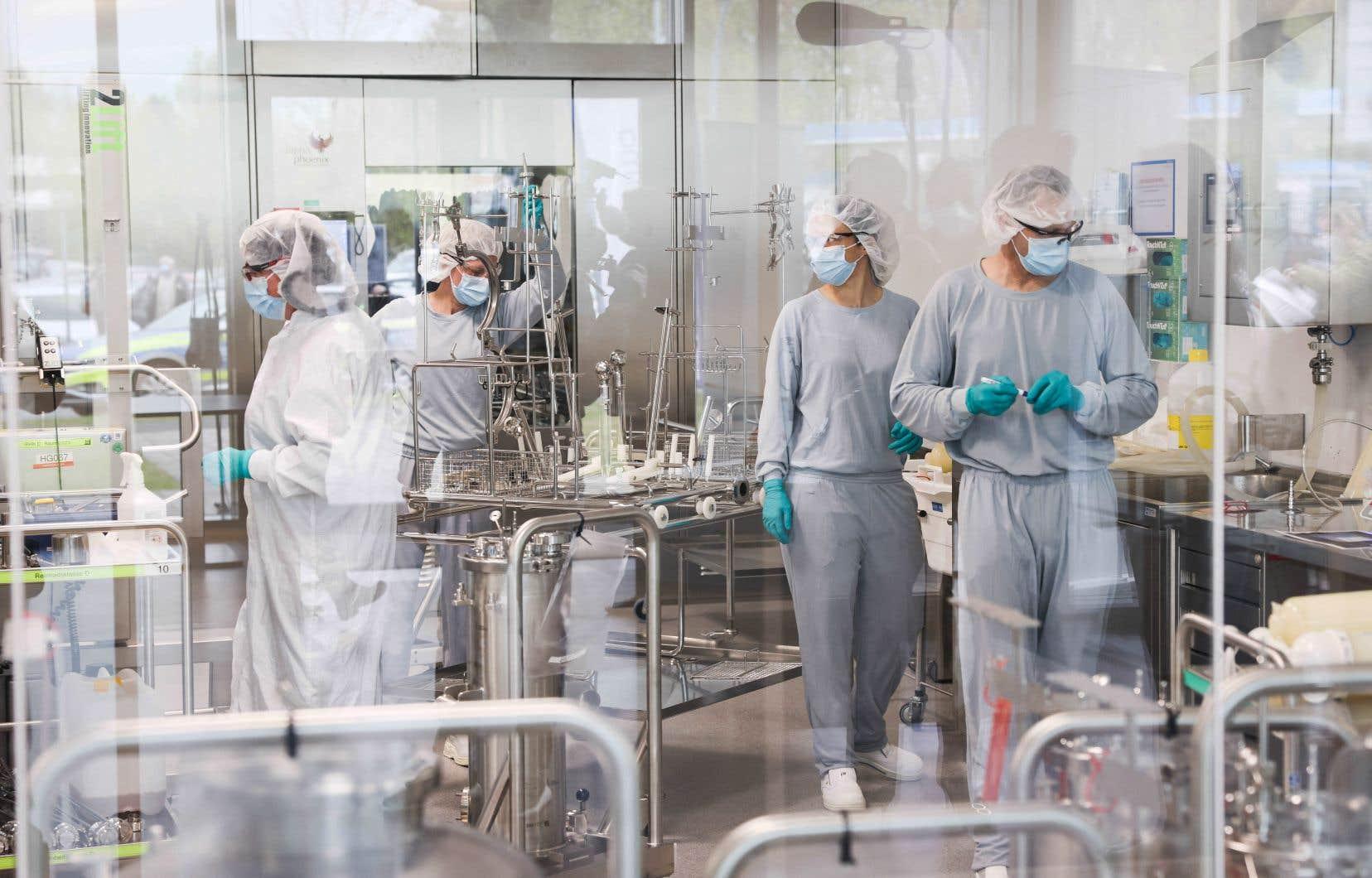 Le laboratoire explique avoir commencé en mars des tests sur «une version modifiée, spécifique aux variants» de son vaccin.
