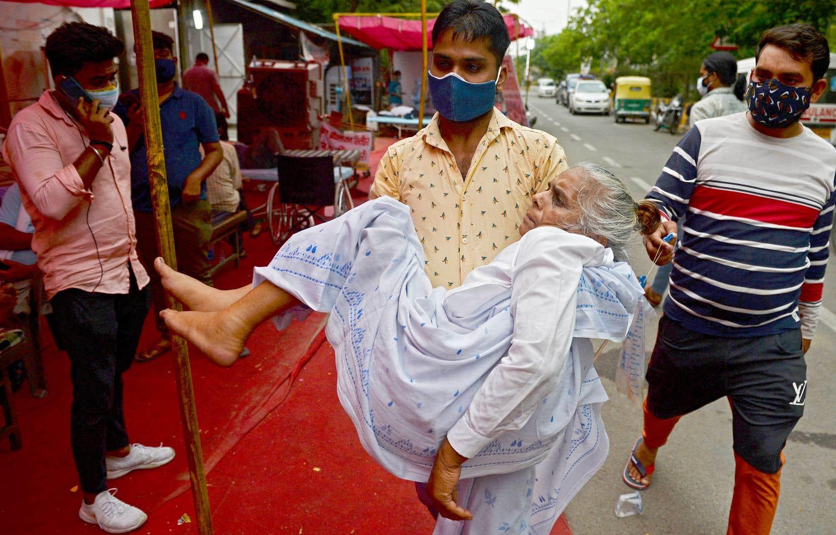 Le variant du coronavirus découvert en Inde est plus contagieux et présente des caractéristiques qui pourraient rendre les vaccins moins effiaces, contribuant à l'accélération de l'épidémie dans ce vaste pays, a averti samedi la scientifique en chef de l'OMS.