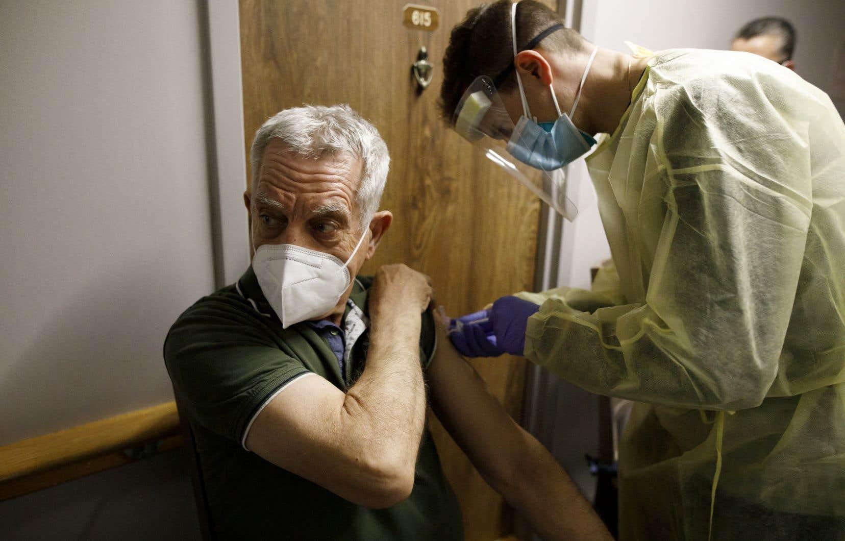 Près de 40% des Canadiens ont maintenant reçu au moins une dose de vaccin contre la COVID-19.