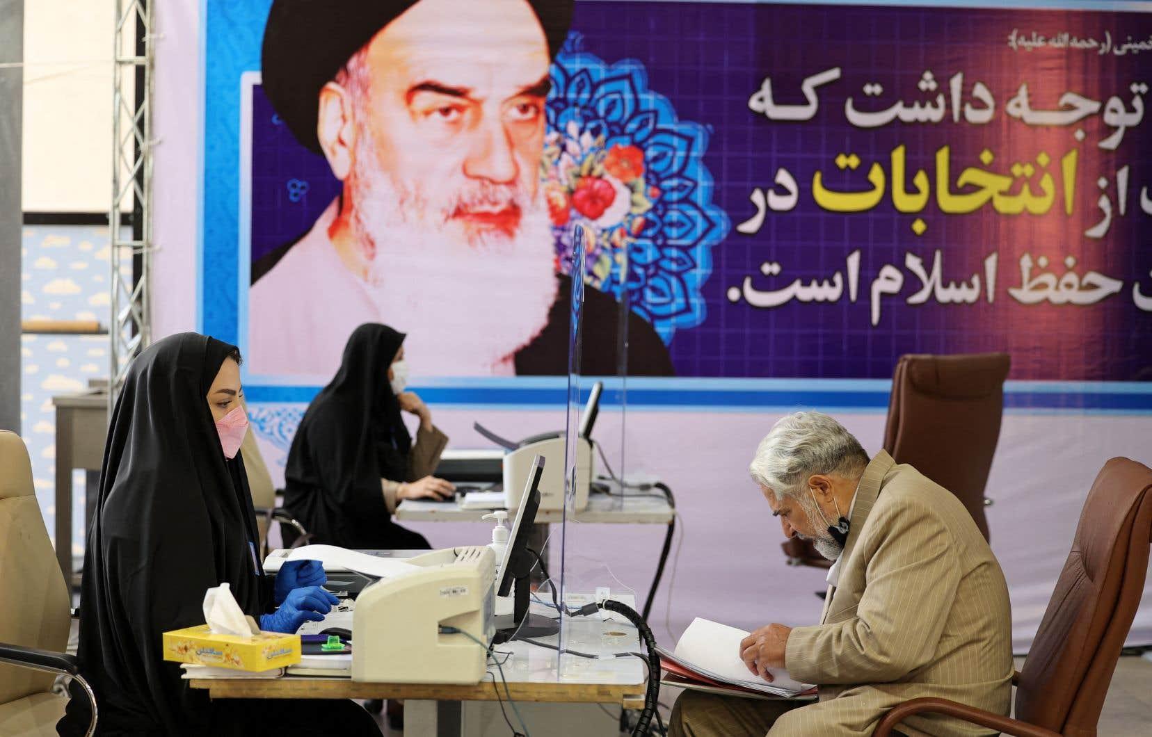 L'élection  présidentielle  en Iran s'est amorcée mardi avec le début  à Téhéran  de l'inscription des candidats, ici sous une grande affiche du guide  suprême, Ali Khamenei.