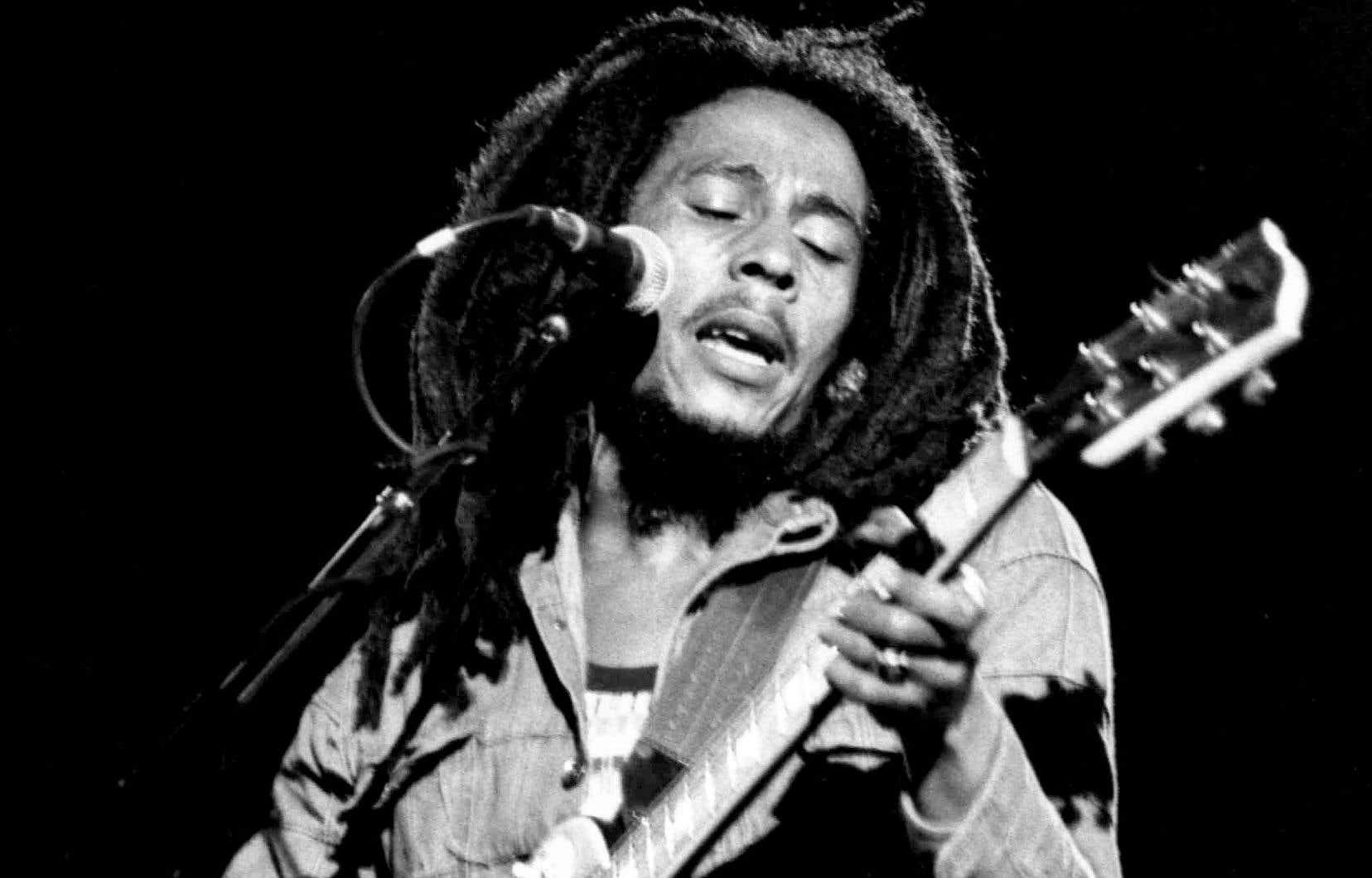 Le chanteur jamaïcain de reggae Bob Marley se produit lors d'un concert du festival de reggae à Paris le 4 juillet 1980.