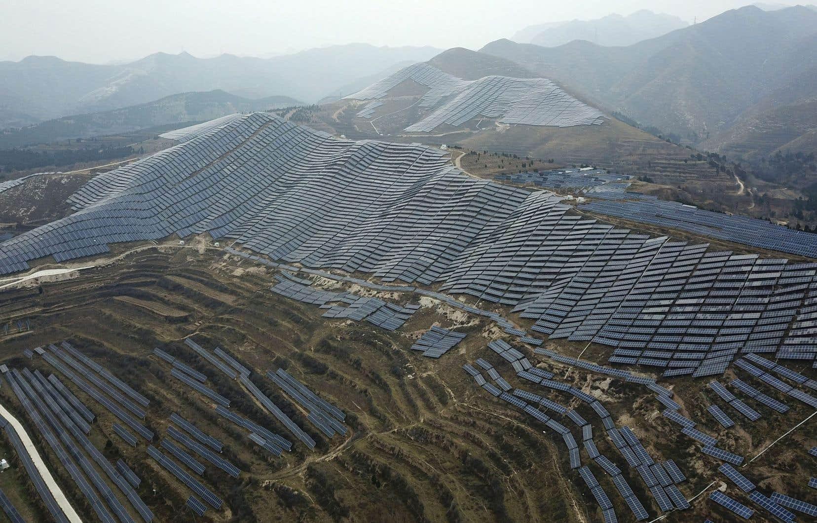 Le solaire va continuer «de battre des records», avec des capacités supplémentaires atteignant plus de 160 GW d'ici 2022, avance l'Agence internationale de l'énergie, dans un rapport dévoilé mardi. Sur la photo, une vaste installation de panneaux solaires, dans le centre de la Chine, en 2019.