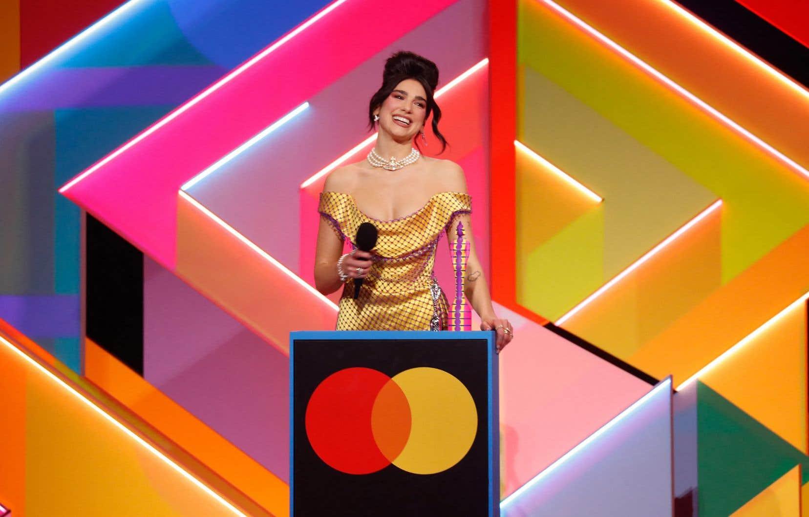 Dua Lipa, qui avait déjà remporté trois Brit Awards lors de précédentes éditions, est aussi repartie mardi soir avec le prix de meilleure chanteuse.
