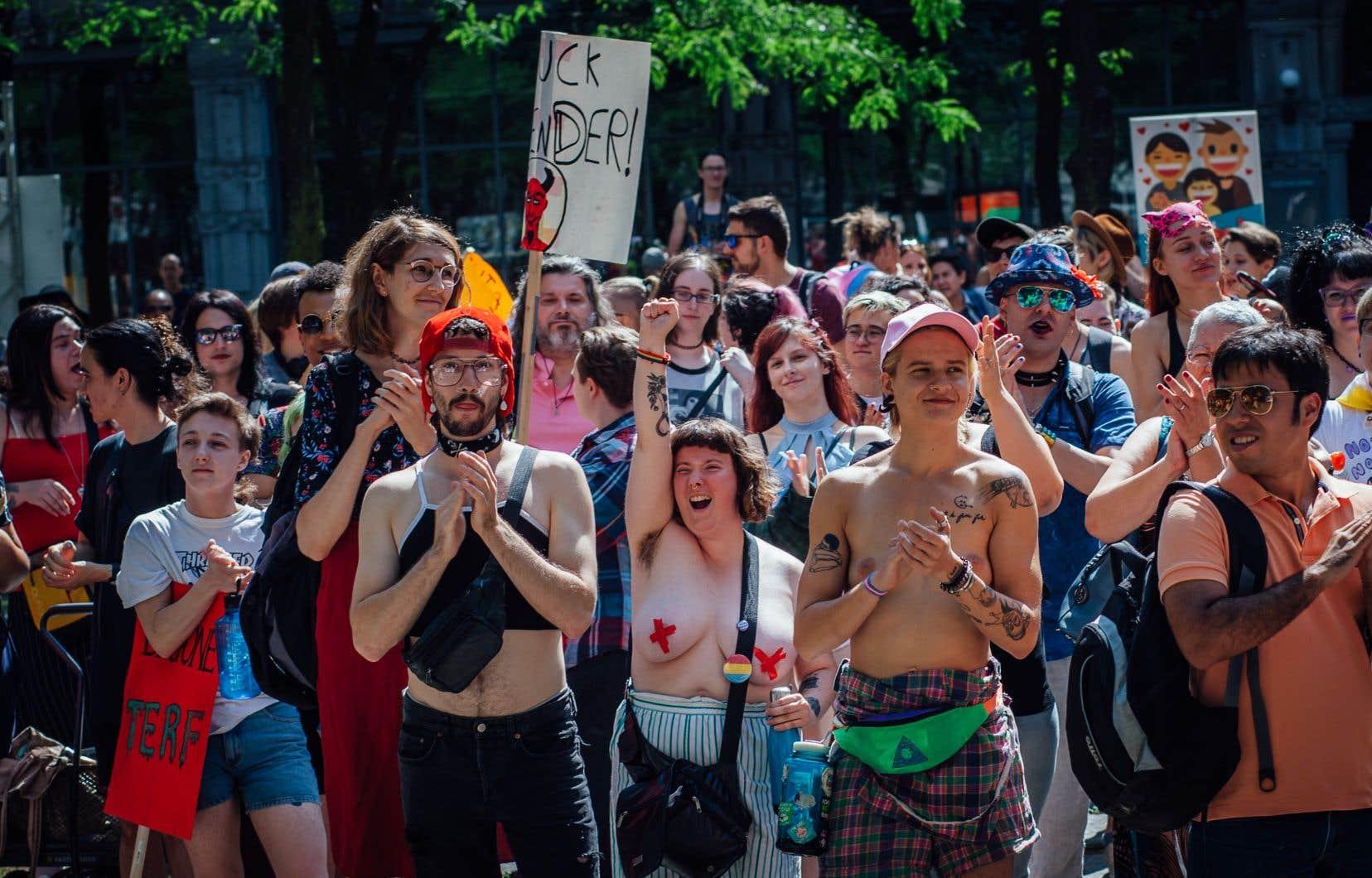 Des manifestants lors de la 6e Marche pour les droits des personnes trans, au centre-ville de Montréal, en août 2019. Pandémie oblige, l'évènement n'a pas eu lieu l'année dernière.