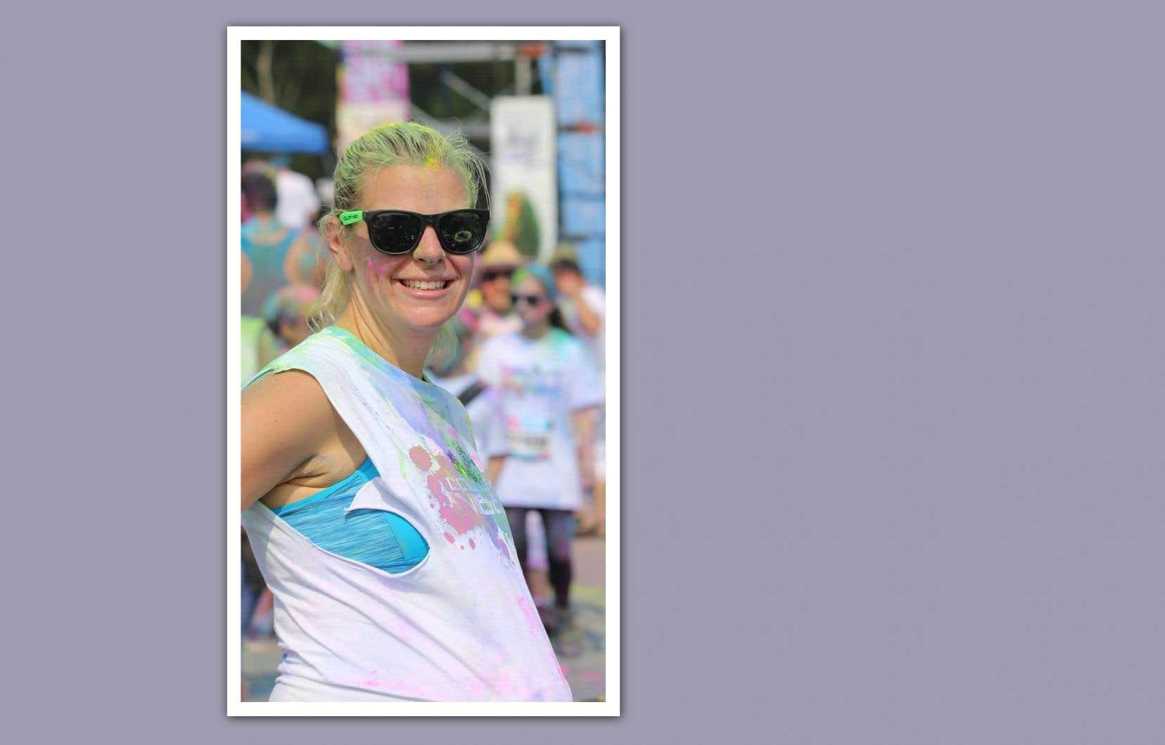 À l'entrée de la maison, des photos de Jaël laissent deviner la personne qu'elle était. Peinture fluo au visage, on la voit notamment enceinte, tout sourire, alors qu'elle s'apprêtait à courir un demi-marathon.