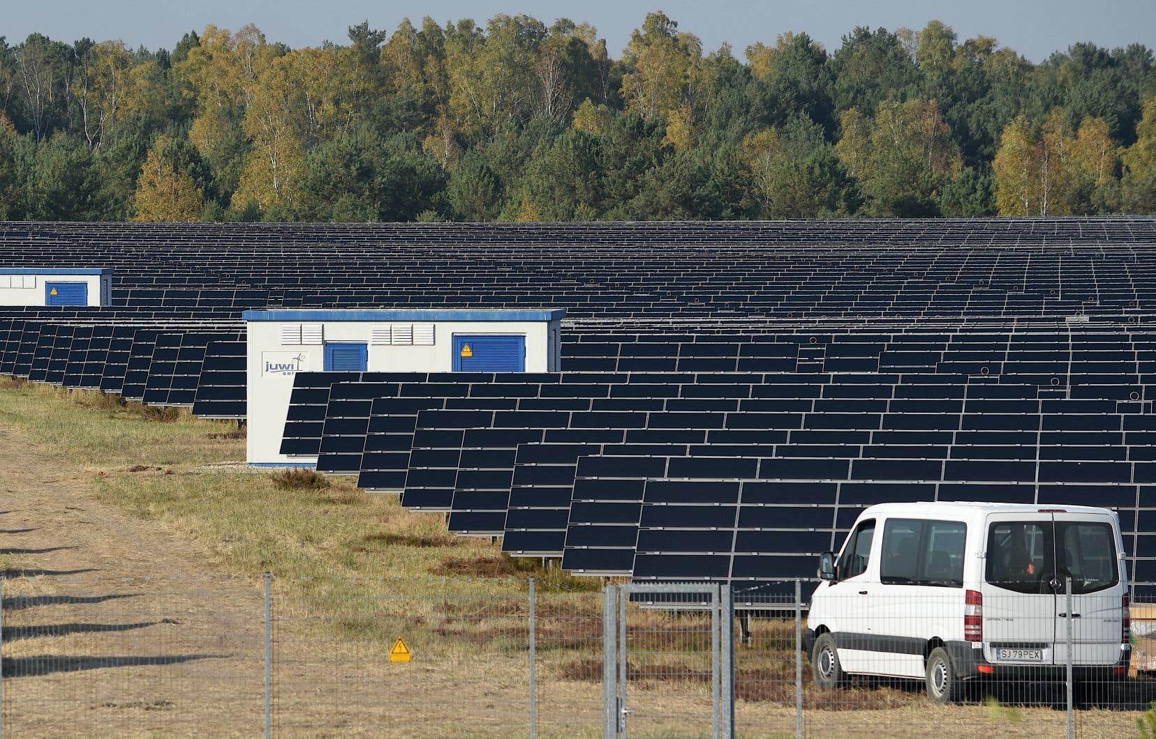 Dans un contexte d'électrification des transports et de mise en œuvre du Plan pour une économie verte, le recours accru à l'énergie solaire pourrait contribuer à l'atteinte de la cible de réduction des émissions de gaz à effet de serre du Québec à l'horizon 2030, souligne l'analyse.