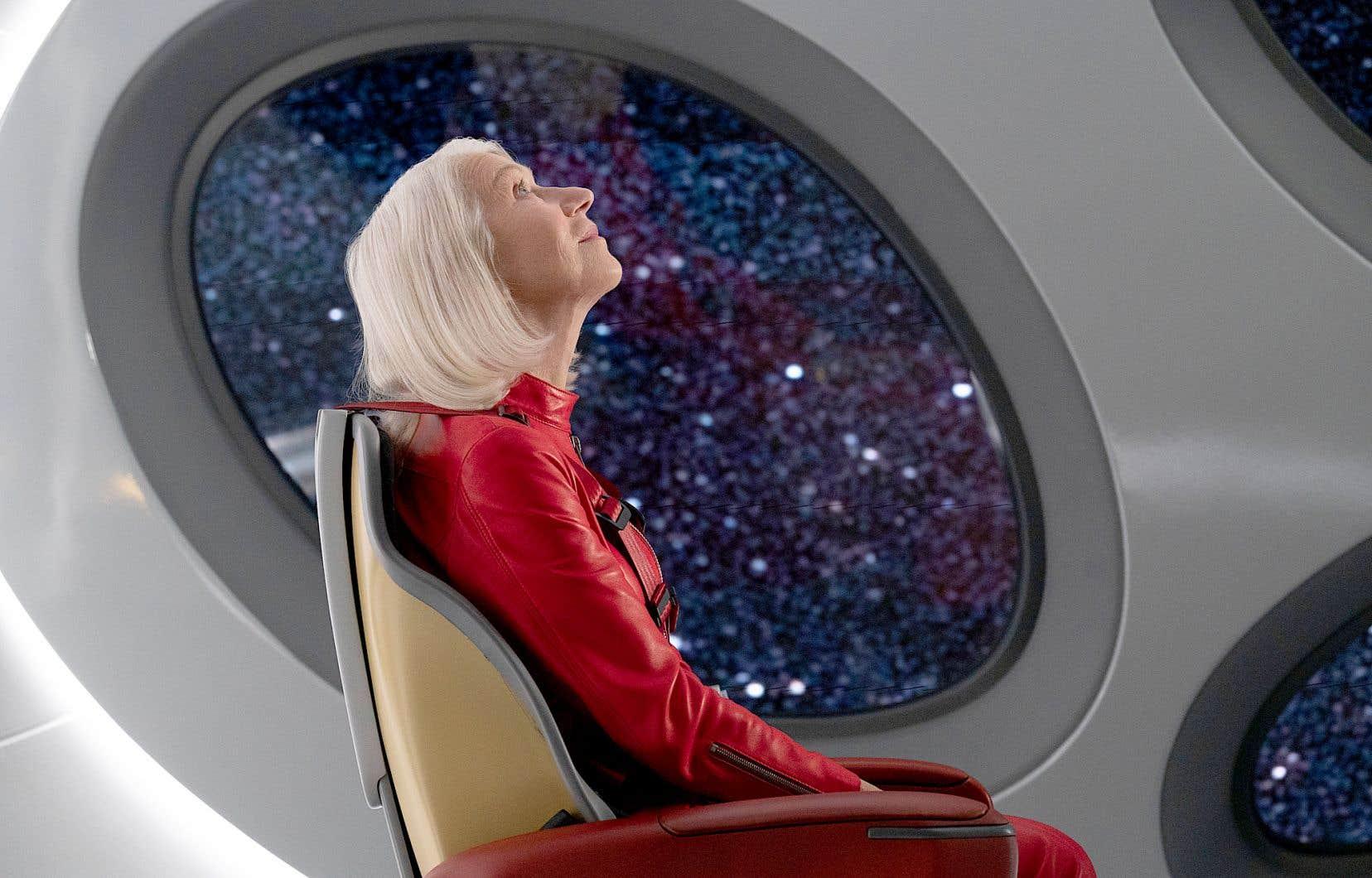 Célibataire septuagénaire, Peg (Helen Mirren) s'offre un aller simple pour l'espace.