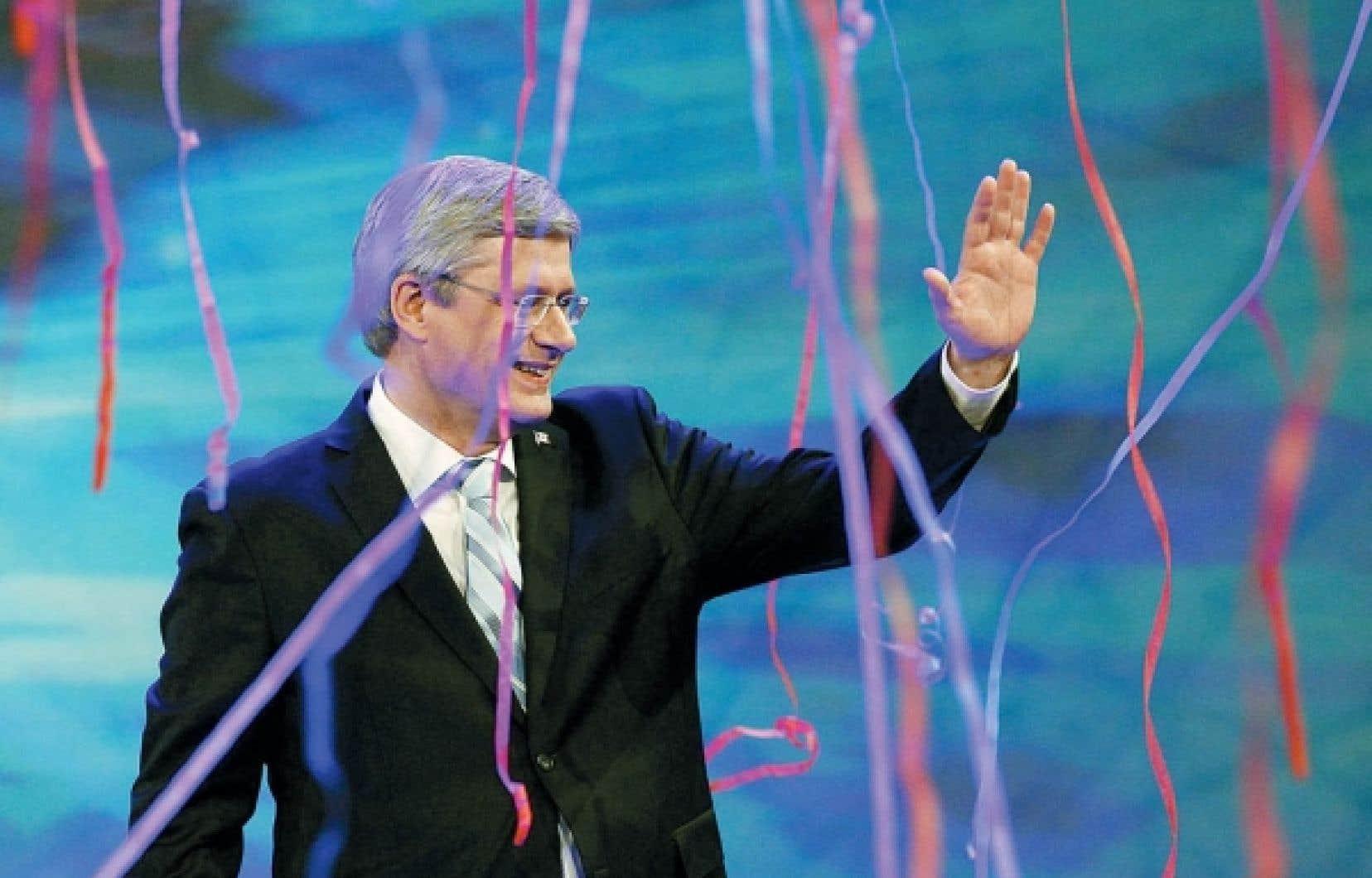 Stephen Harper salue ses partisans après sa victoire de lundi dernier.<br /> <br />