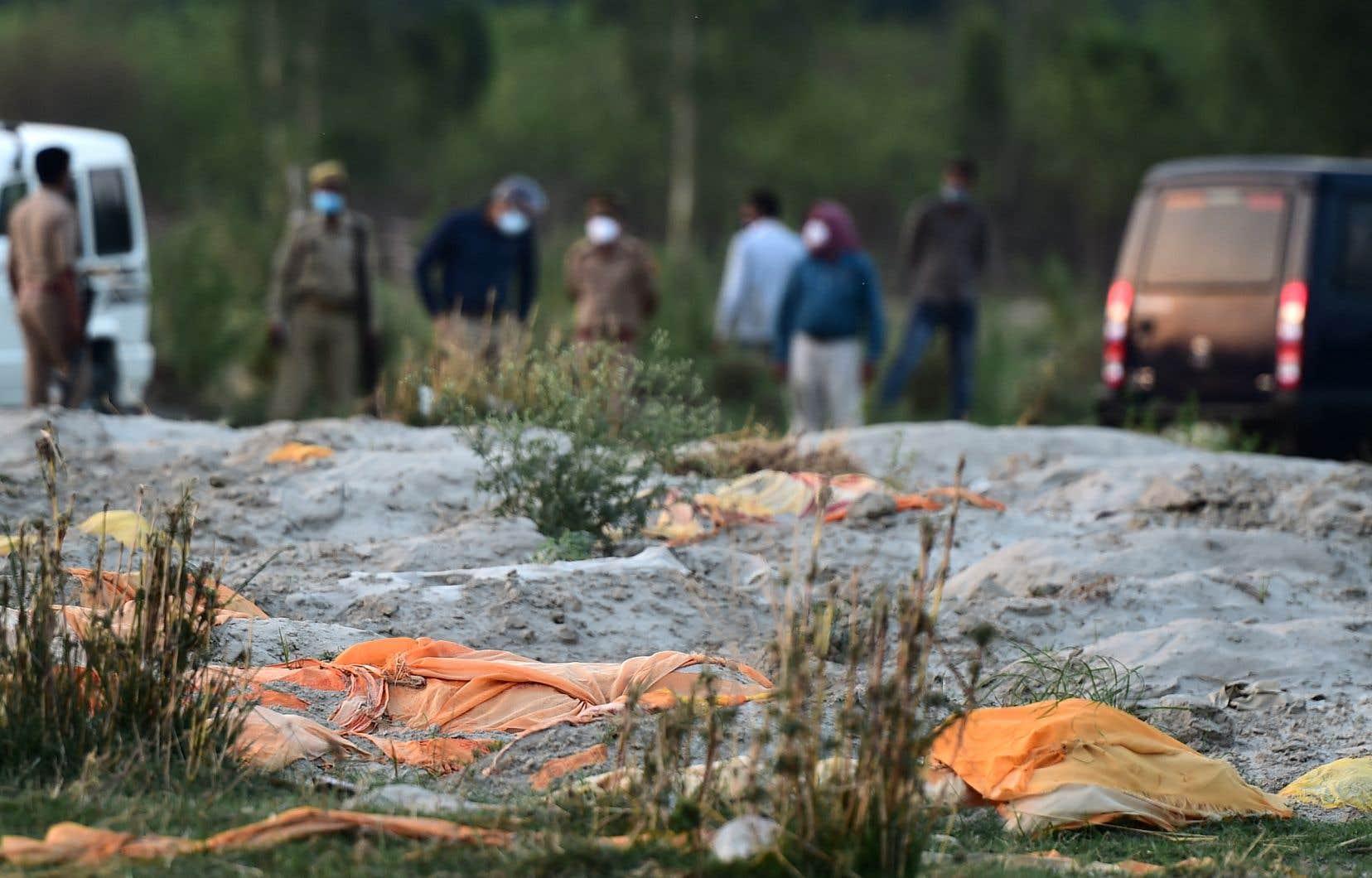À Unnao, dans l'Uttar Pradesh, des dizaines de défunts ont été enterrés dans des tombes sablonneuses à peine creusées.