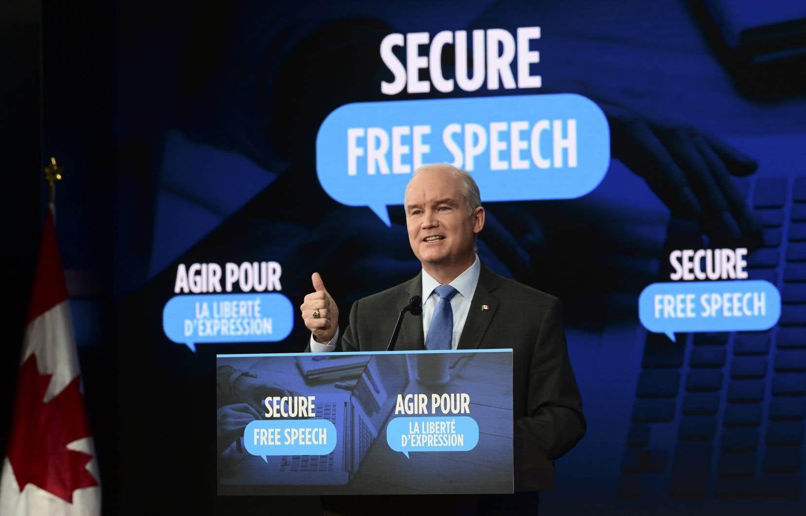 Sur un petit podium dans une salle d'un hôtel d'Ottawa, le chef conservateur Erin O'Toole s'est présenté jeudi devant les journalistes flanqué du slogan «Agir pour la liberté d'expression».
