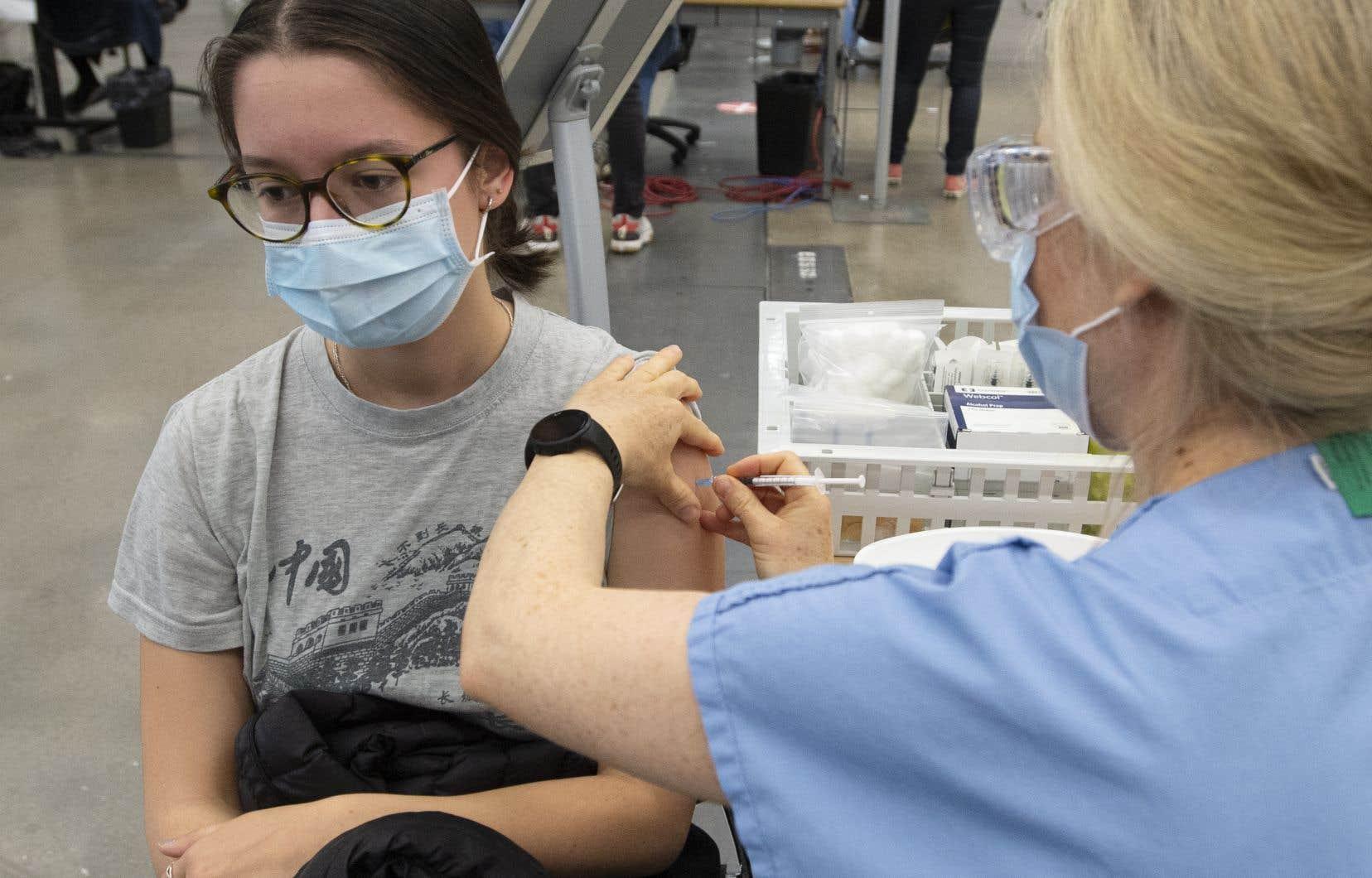 Le ministre Christian Dubé est sorti des sentiers battus durant la semaine — tantôt à Narcity, tantôt à Mtl Blog — pour inciter les jeunes à prendre rendez-vous pour recevoir leur première dose du vaccin contre la COVID-19 à la première occasion.