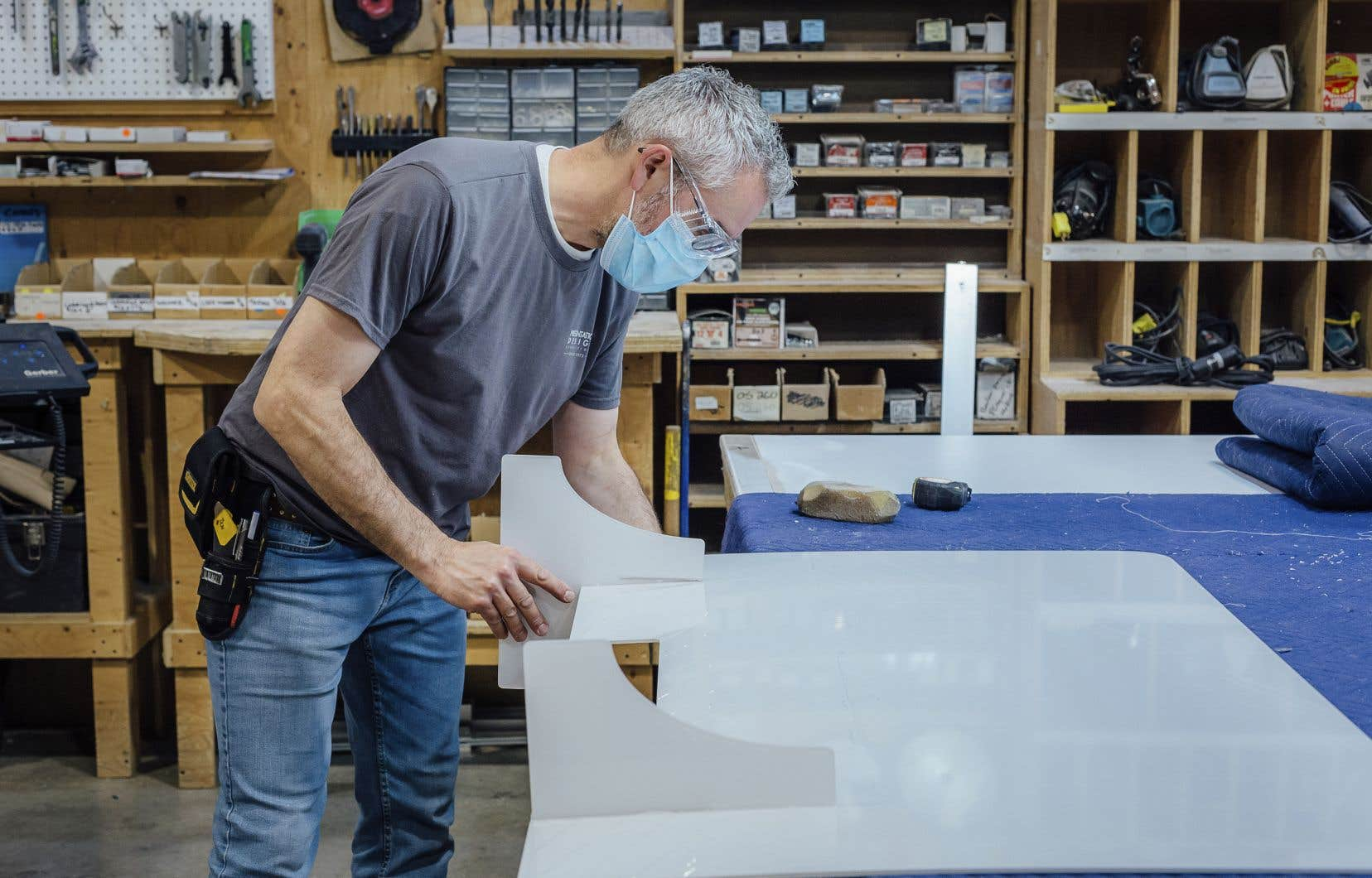 Plusieurs des clients de Présentation Design, une entreprise de Laval qui fabrique des panneaux protecteurs depuis le début de la pandémie, envisagent de conserver leurs cloisons de manière permanente afin de contrer de futurs virus.
