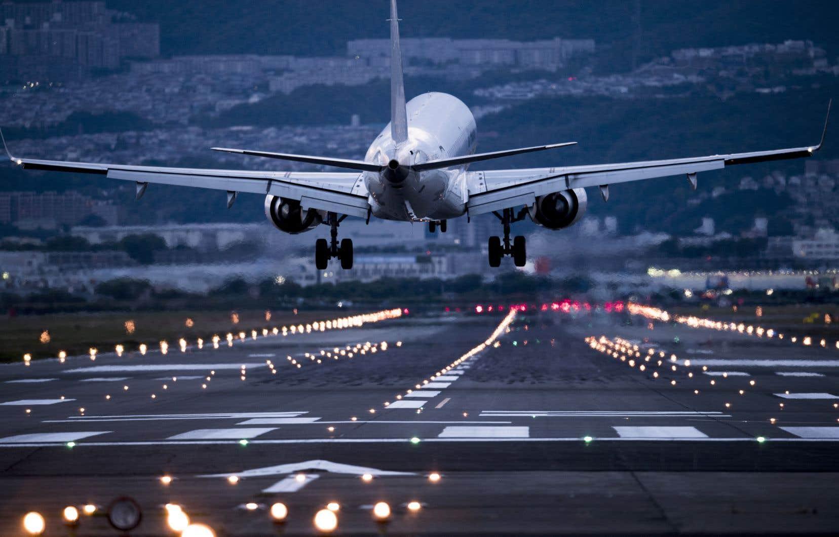 Selon M. Barsalou-Duval, les courriels contredisent la version de M. Garneau sur les raisons pour lesquelles le gouvernement fédéral avait choisi de ne pas exiger aux compagnies aériennes de rembourser leurs clients, contrairement aux politiques mises en place aux États-Unis et dans l'Union européenne.