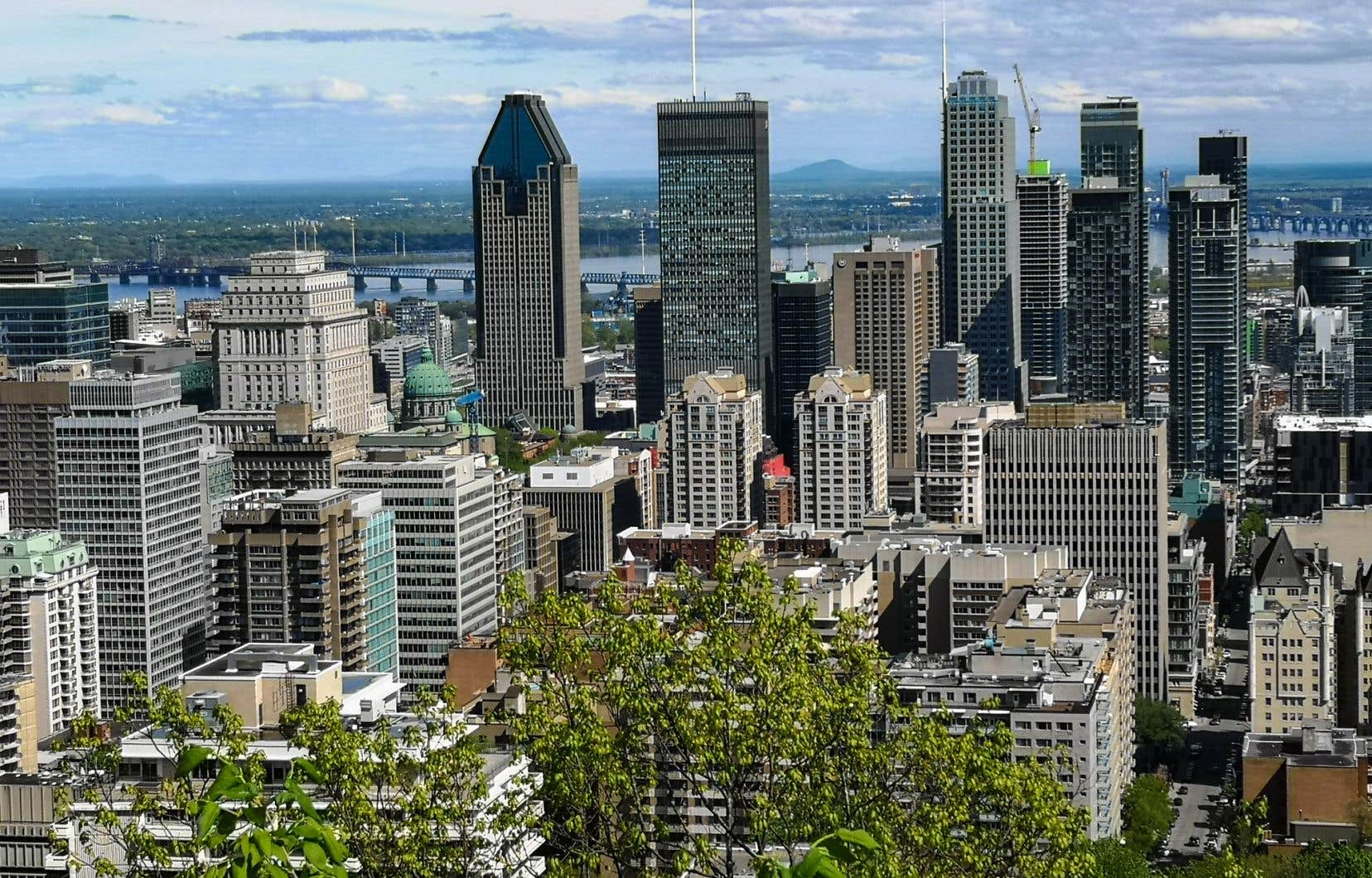 L'important projet immobilier, situé sur le site de l'ancien Hôpital de Montréal pour enfants, dans le quartier Peter-McGill, a été approuvé par la Ville en juin 2017 à la suite d'une consultation publique menée par l'OCPM. La proposition prévoyait alors d'aménager 174 logements sociaux dans la sixième tour du projet. Le bâtiment devait comprendre 20 étages.