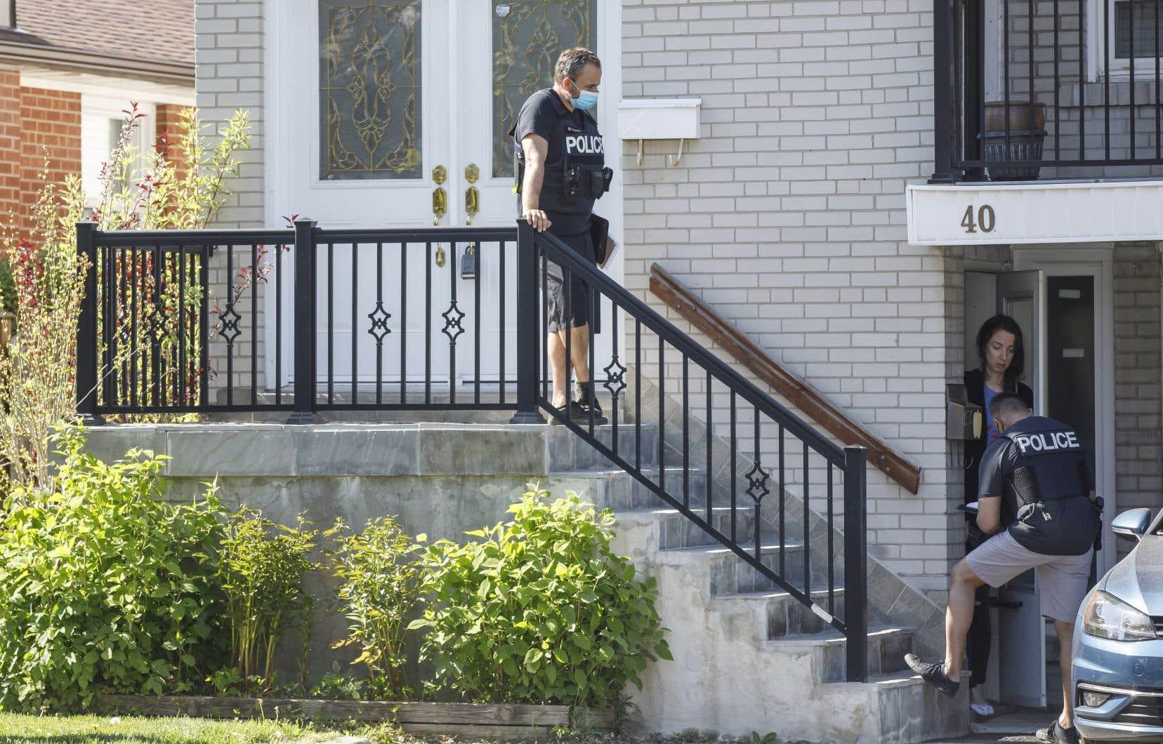 Des policiers enquêtant dans le quartier d'Etobicoke, dans l'ouest de Toronto