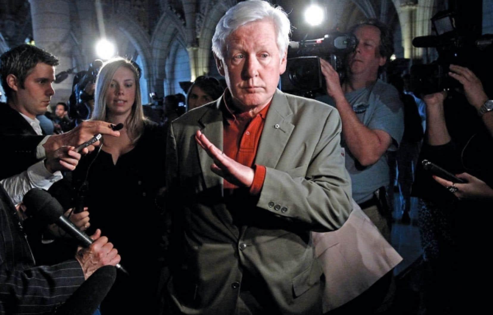 Bob Rae est entouré par les journalistes à son arrivée au caucus libéral hier. M. Rae, qu'on soupçonne être intéressé aux deux postes, conteste la règle voulant que le chef intérimaire du PLC ne puisse se porter candidat à la direction du parti par la suite.